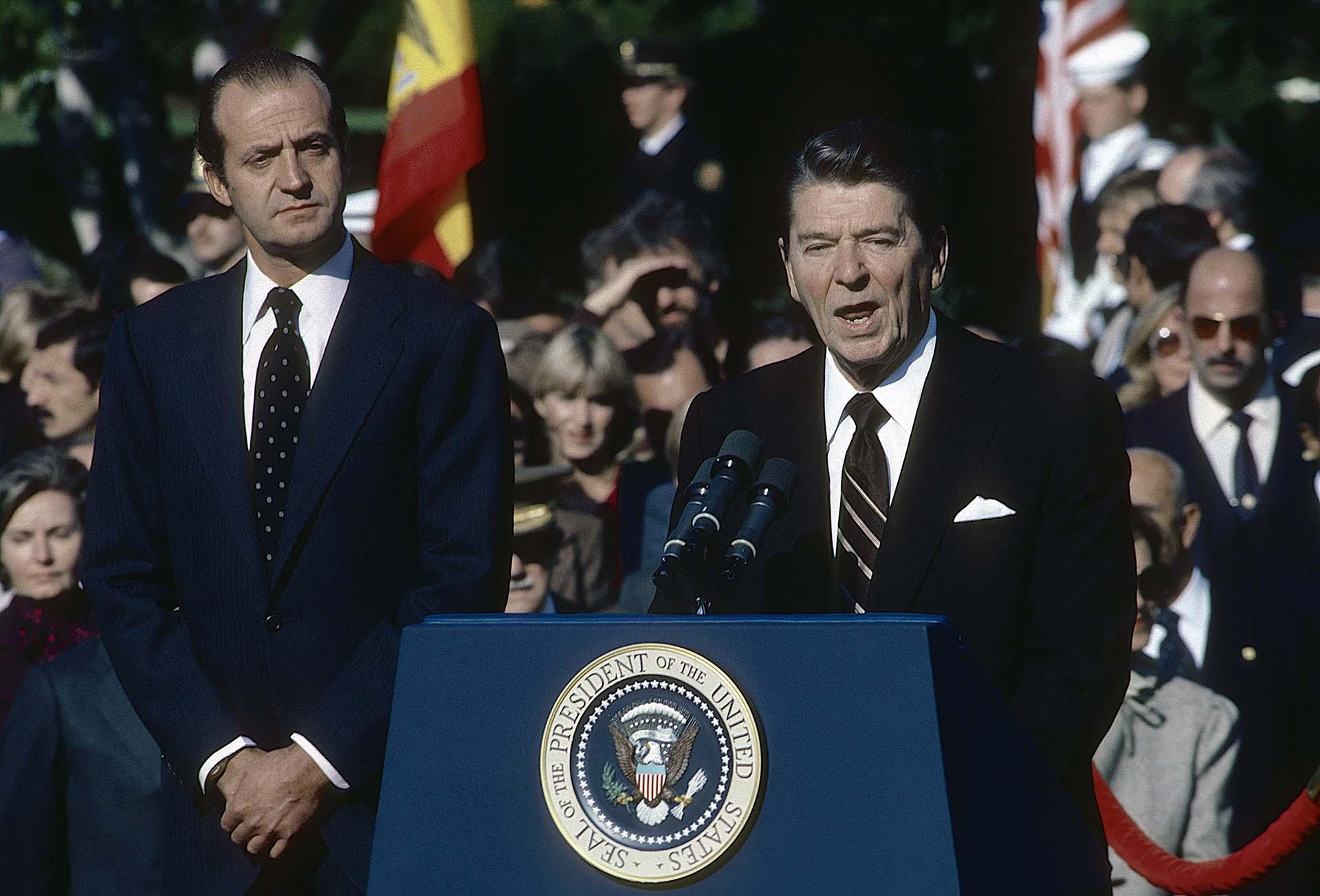 El presidente Ronald Reagan y el rey Juan Carlos de España hacen comentarios durante la ceremonia oficial de llegada del estado en el jardín sur de la Casa Blanca (Shutterstock)