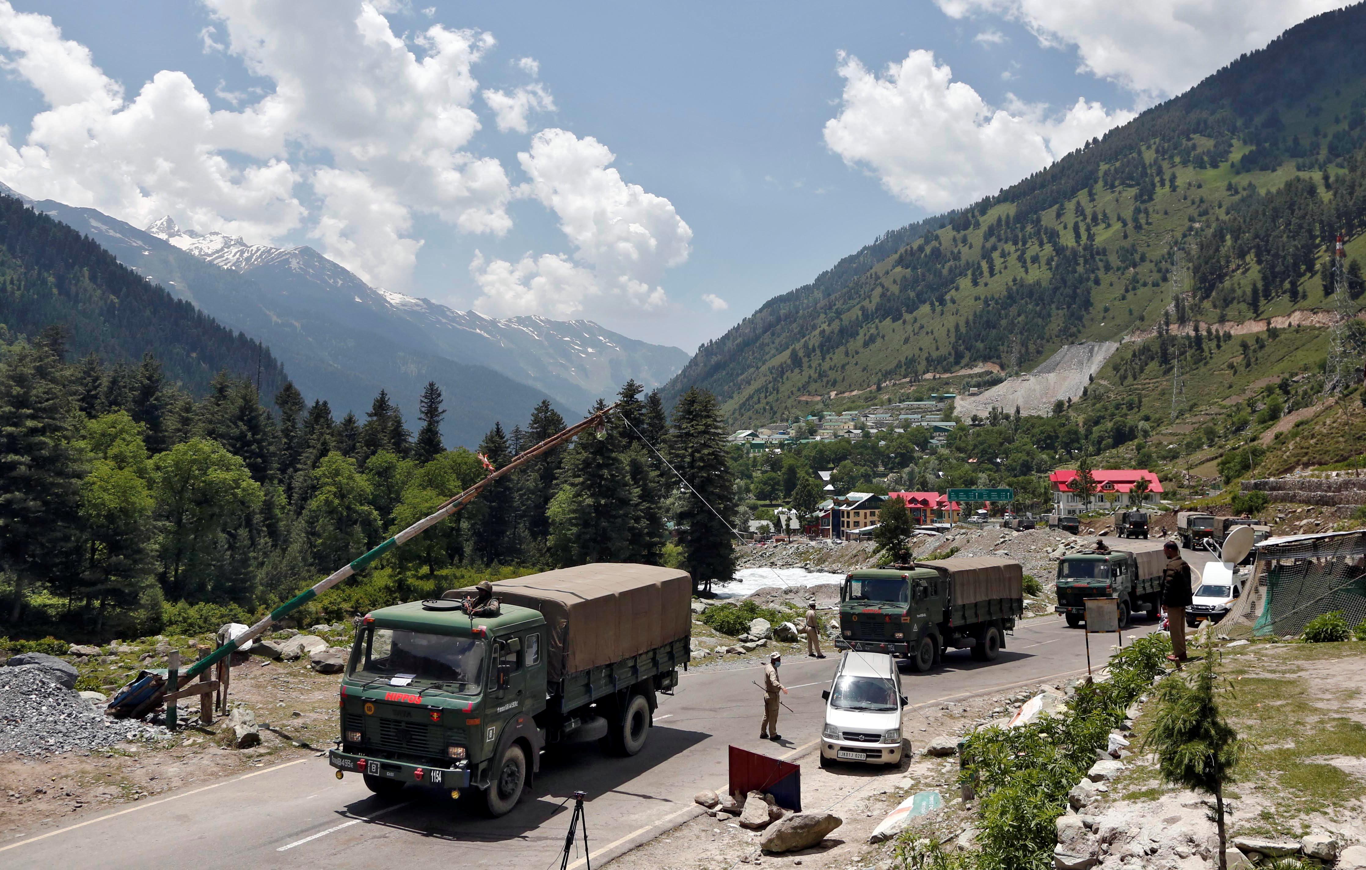 Camiones militares indios avanzan hacia Ladakh, tras la masacre del lunes (Reuters)