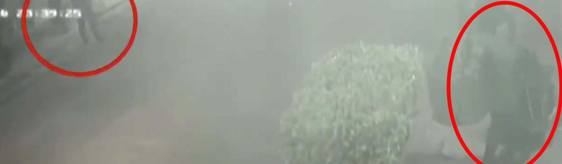 En una segunda grabación se observa que el diablito se atoró justo a un lado de un policía (Foto: Captura de pantalla)