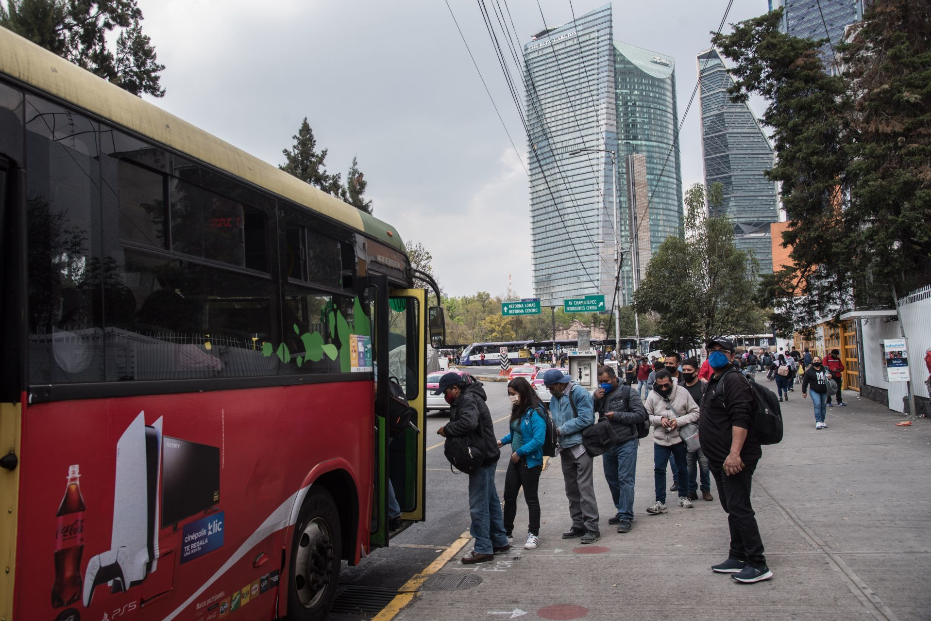 9 de enero de 2021. Ciudad de México. Unidades RTP y de la Secretaría de Seguridad Ciudadana (SSC) continúan con el apoyo en los traslados de personas debido a los cierres de estaciones del metro debido al incendio del Centro de Control ubicado en Delicias.