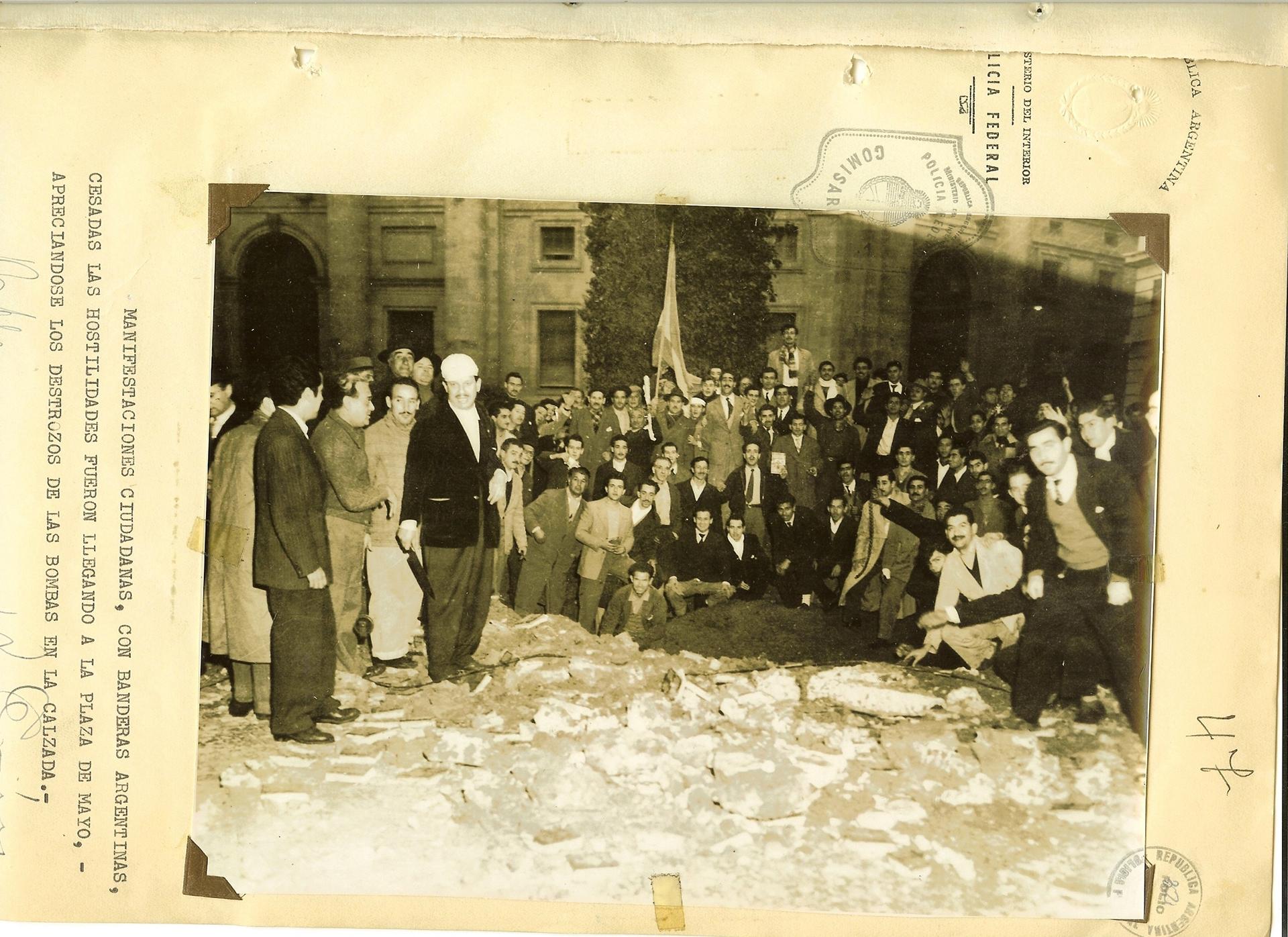 Manifestantes con banderas argentinas luego del bombardeo a Plaza de Mayo.