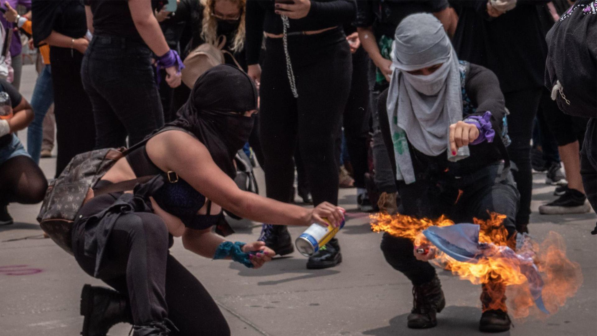 Manifestantes quemaron banderas y pañuelos de asociaciones pro vida que están en contra del aborto (Foto: Cuartoscuro)
