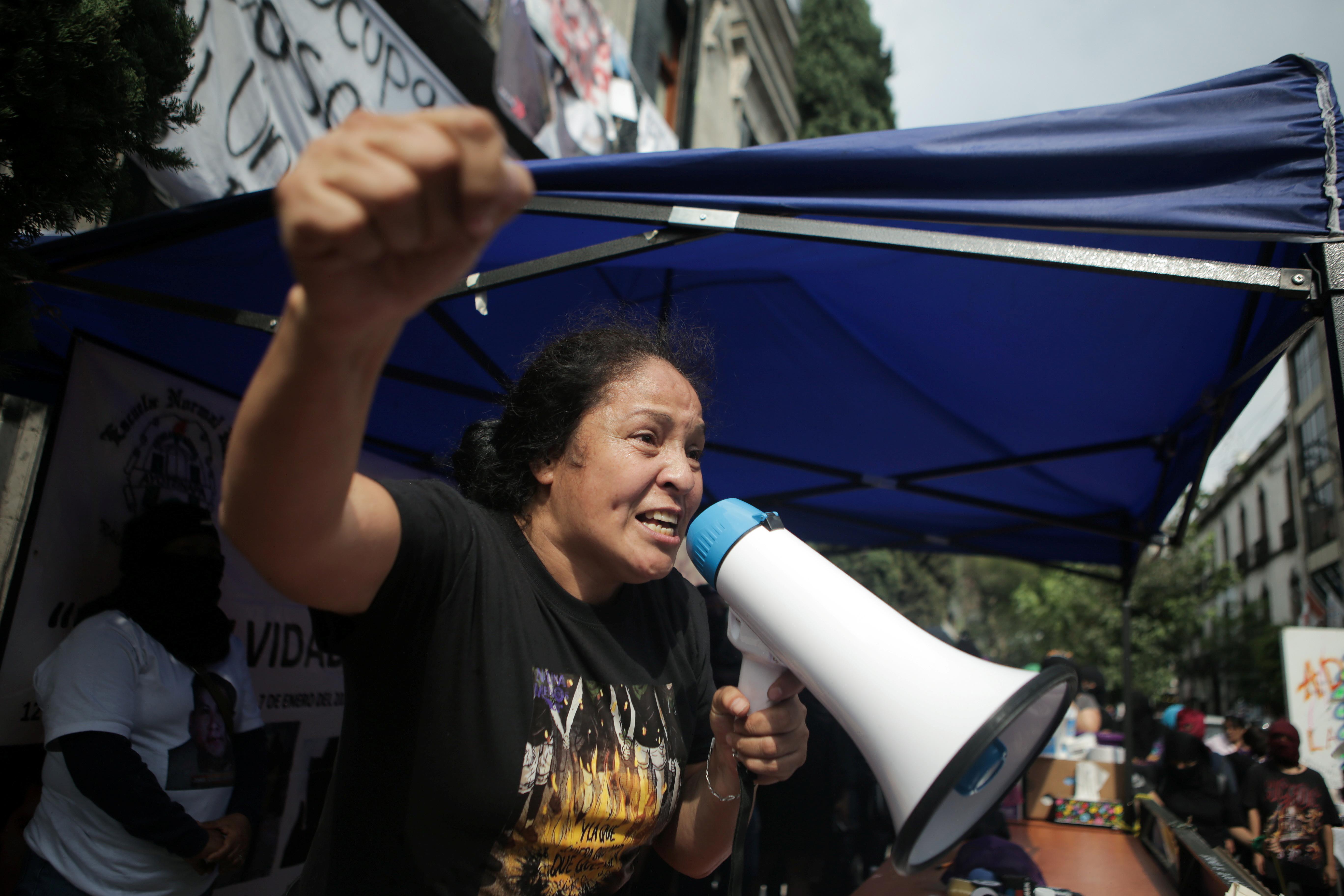 Yesenia Zamudio, activista y madre de una víctima de violencia de género, utiliza un megáfono durante una protesta frente a las instalaciones del edificio de la Comisión Nacional de Derechos Humanos que fue tomado por ella y por un colectivo feminista, en apoyo a las víctimas de violencia de género, en México. Ciudad, México 11 de septiembre de 2020. Foto tomada el 11 de septiembre de 2020.