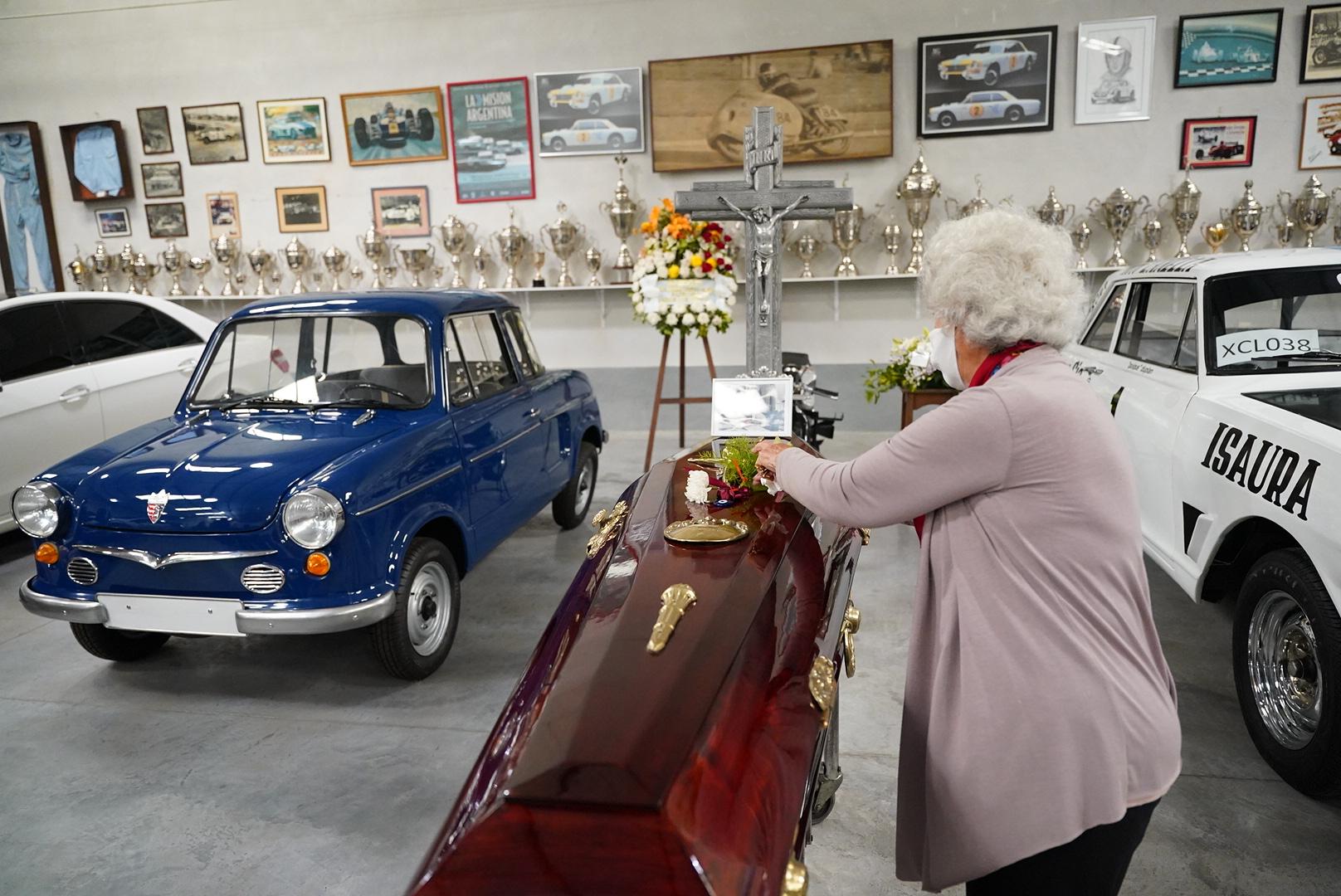 A la izquierda aparece el NSU, uno de los primeros autos de Cupeiro en el automovilismo.
