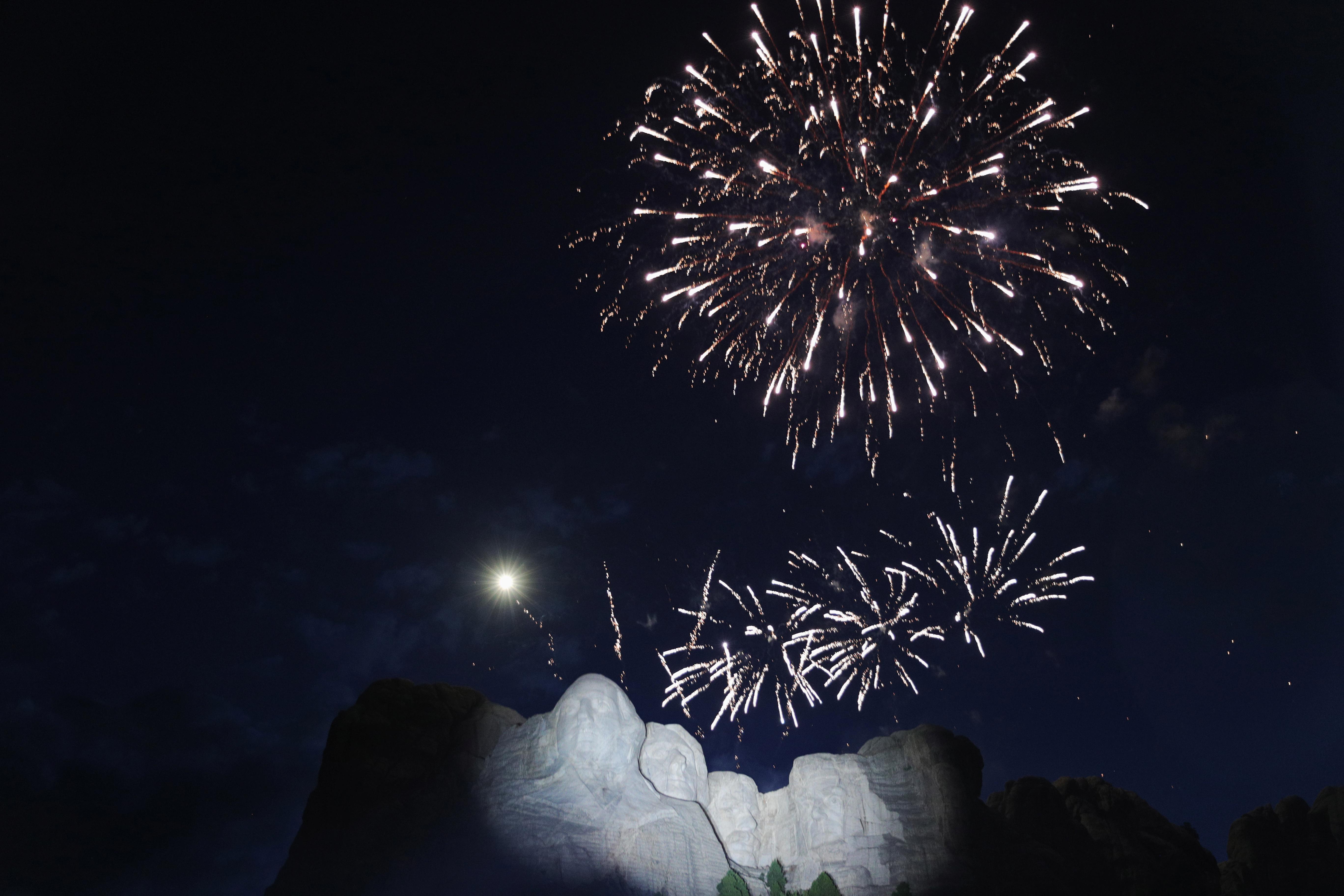 El monumento Rushmore y al fondo los fuegos artificiales