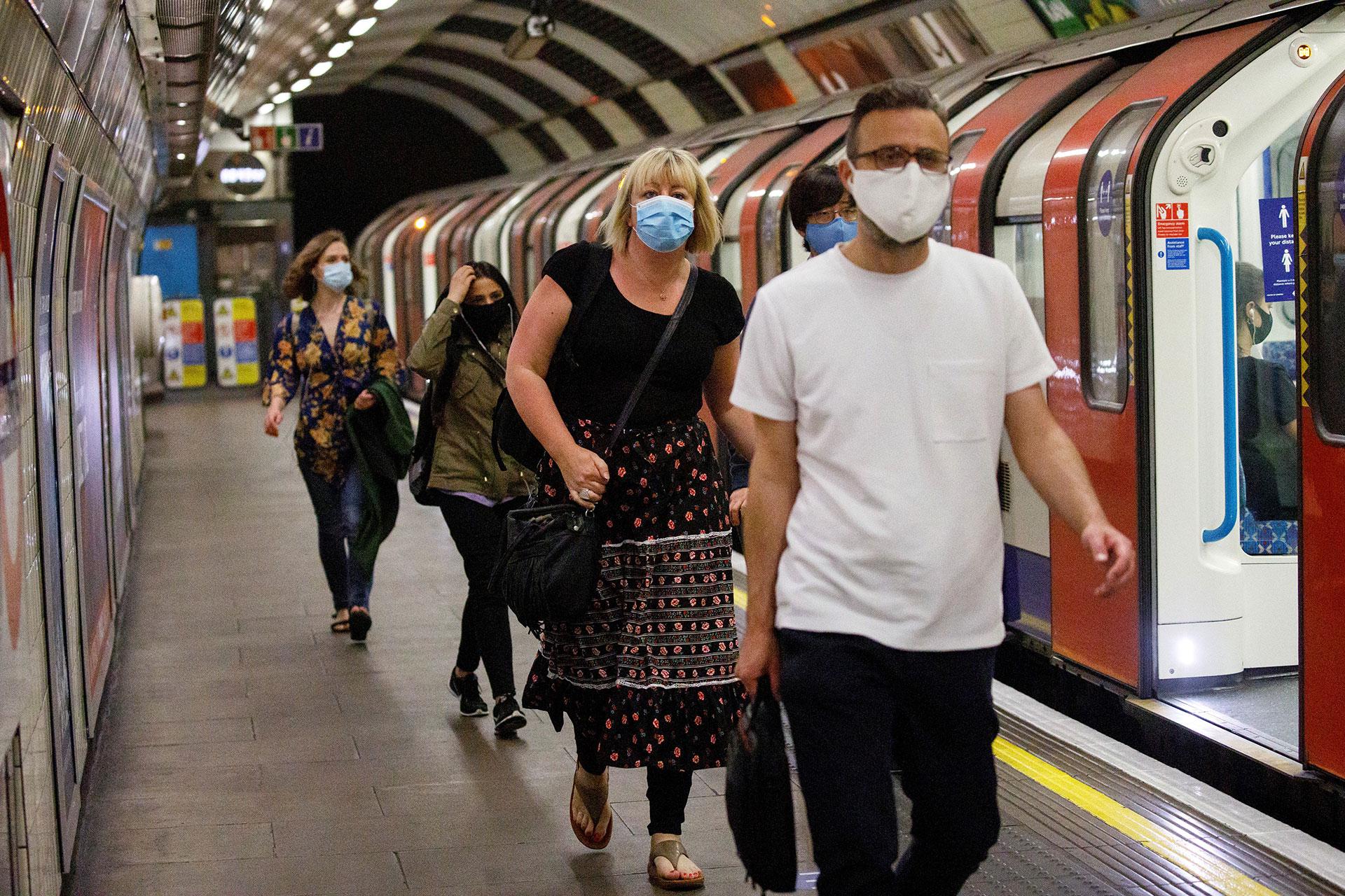 Pasajeros con sus mascarillas en el metro de Londres, este lunes.