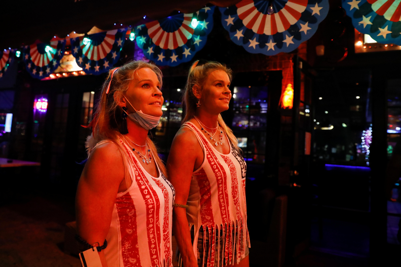 Dos mujeres celebran el día de la independencia