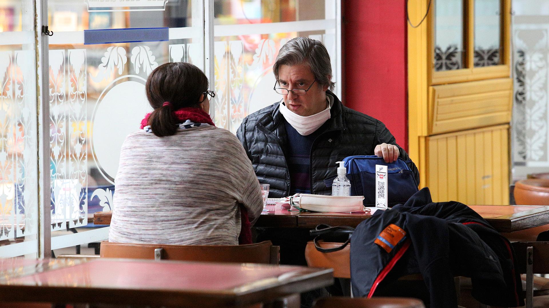 Los protocolos que deben aplicarse por la pandemia del COVID-19 hacen que muchas mesas queden desocupadas, para mantener el distanciamiento social entre los comensales