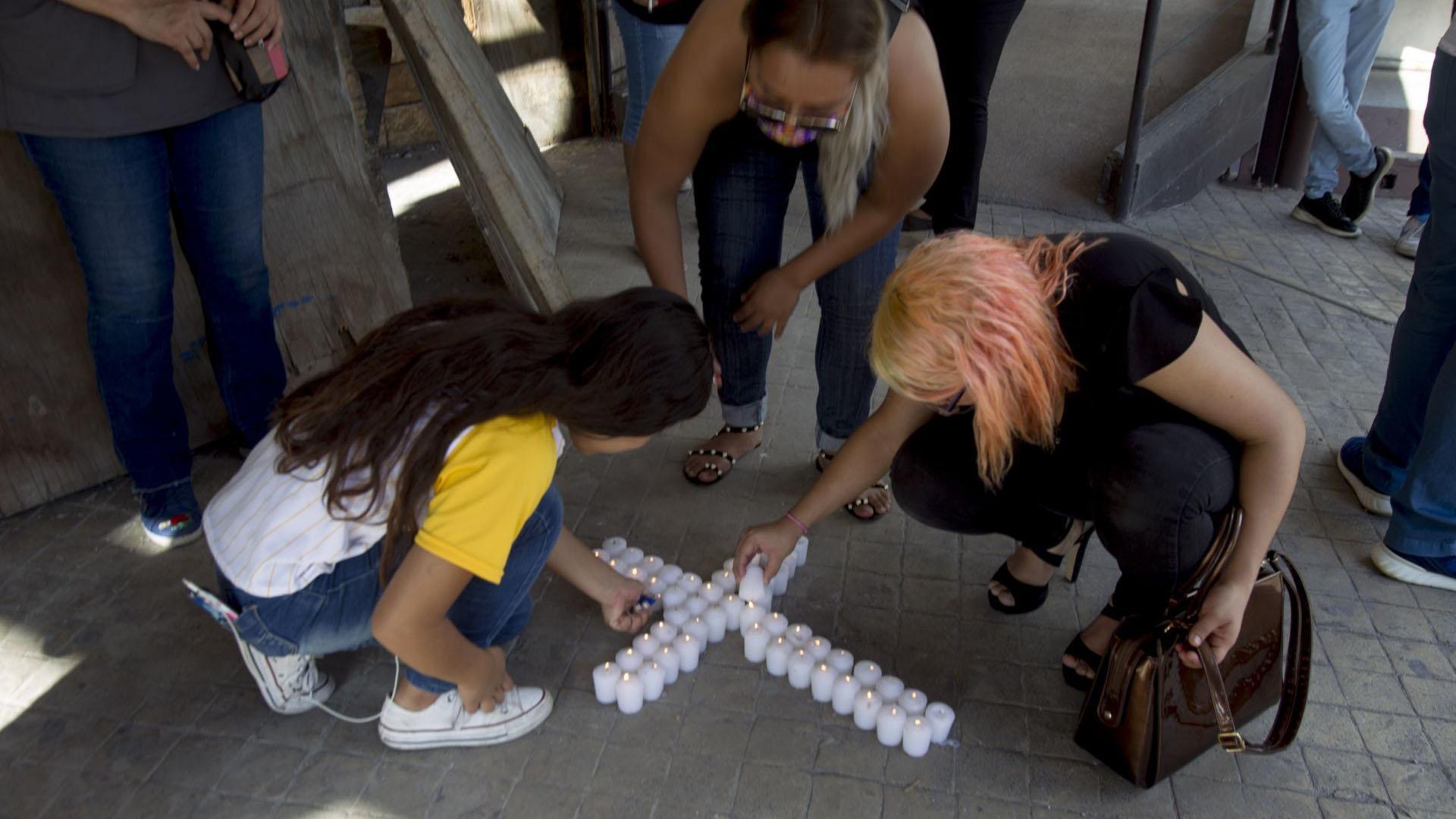Familiares formaron una cruz de veladoras en la puerta del casino (Foto: Cuartoscuro)