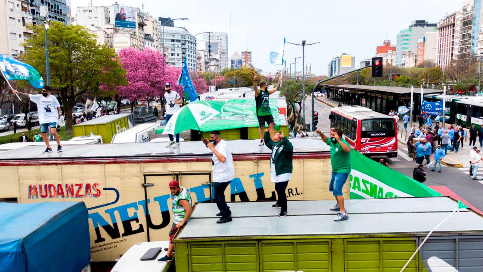 Aunque el tránsito sobre la 9 de Julio no fue obstruido, los manifestantes bloquearon por completo la avenida Belgrano