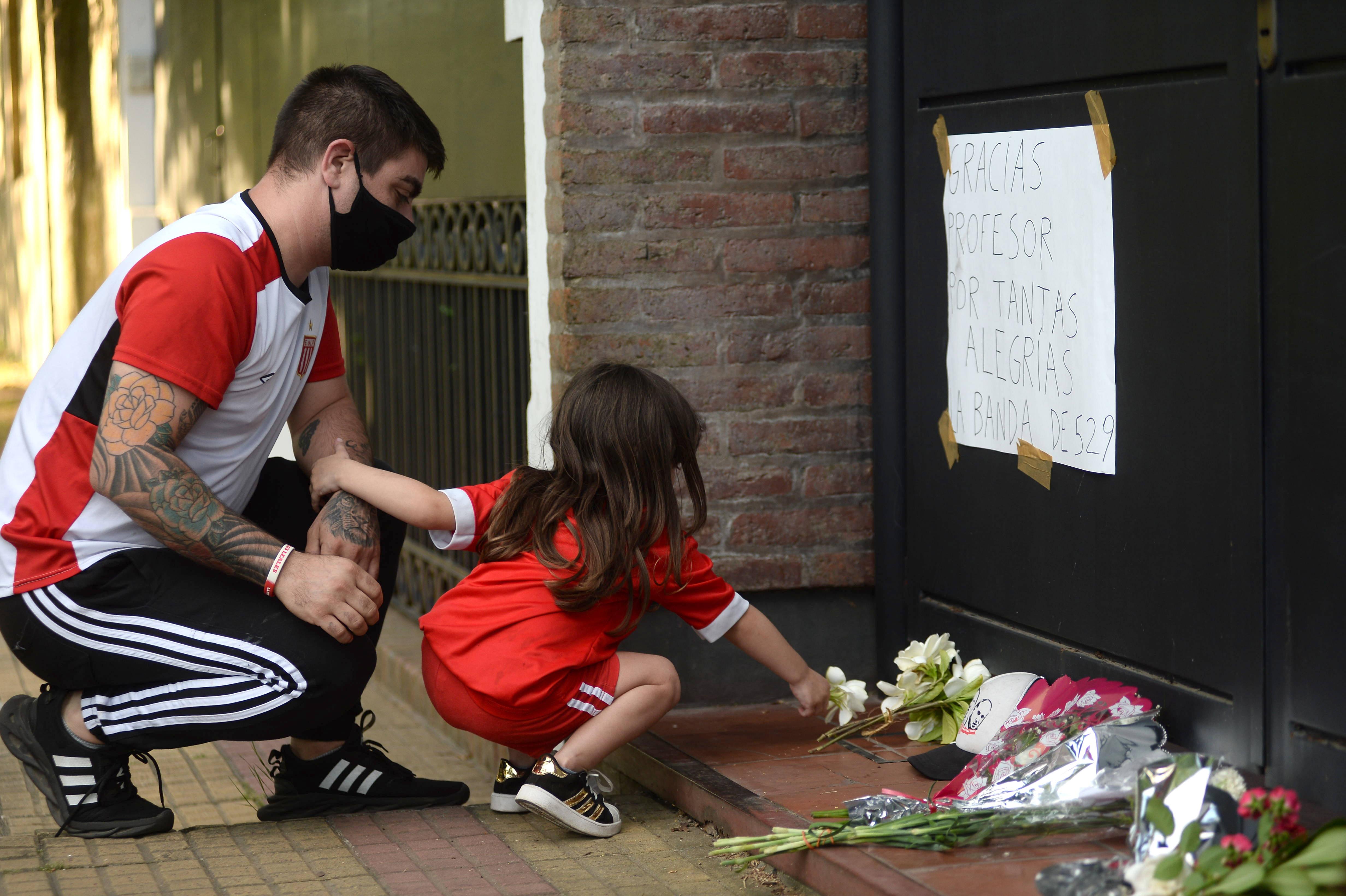 Velas, flores y camisetas fueron algunos de los elementos que dejaron en la puerta de la casa de Sabella en La Plata