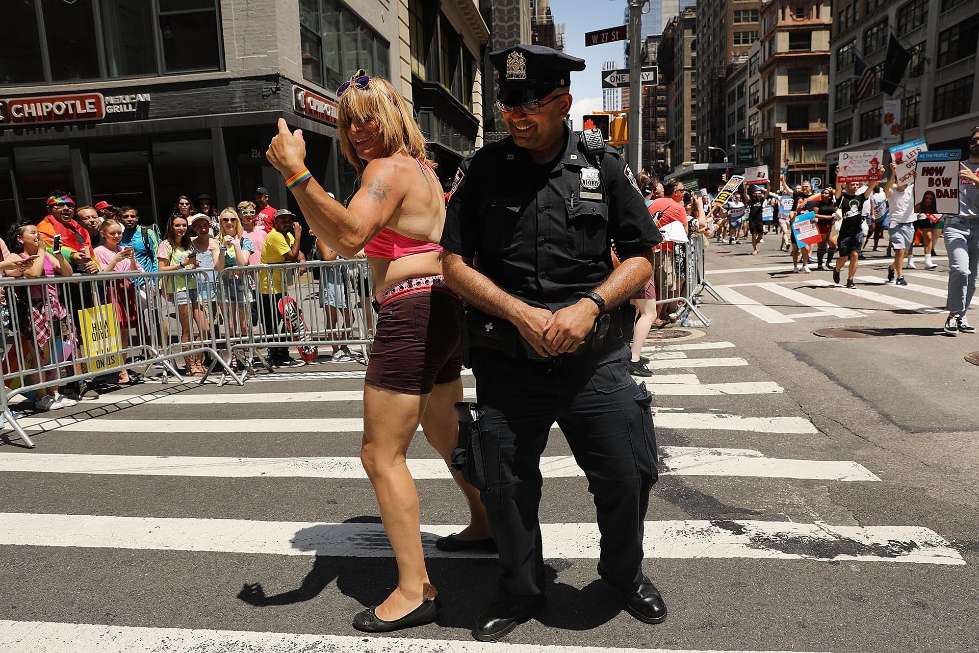 Un oficial de policía baila con un manifestante en el desfile del 25 de junio de 2017 en la Quinta Avenida de Manhattan