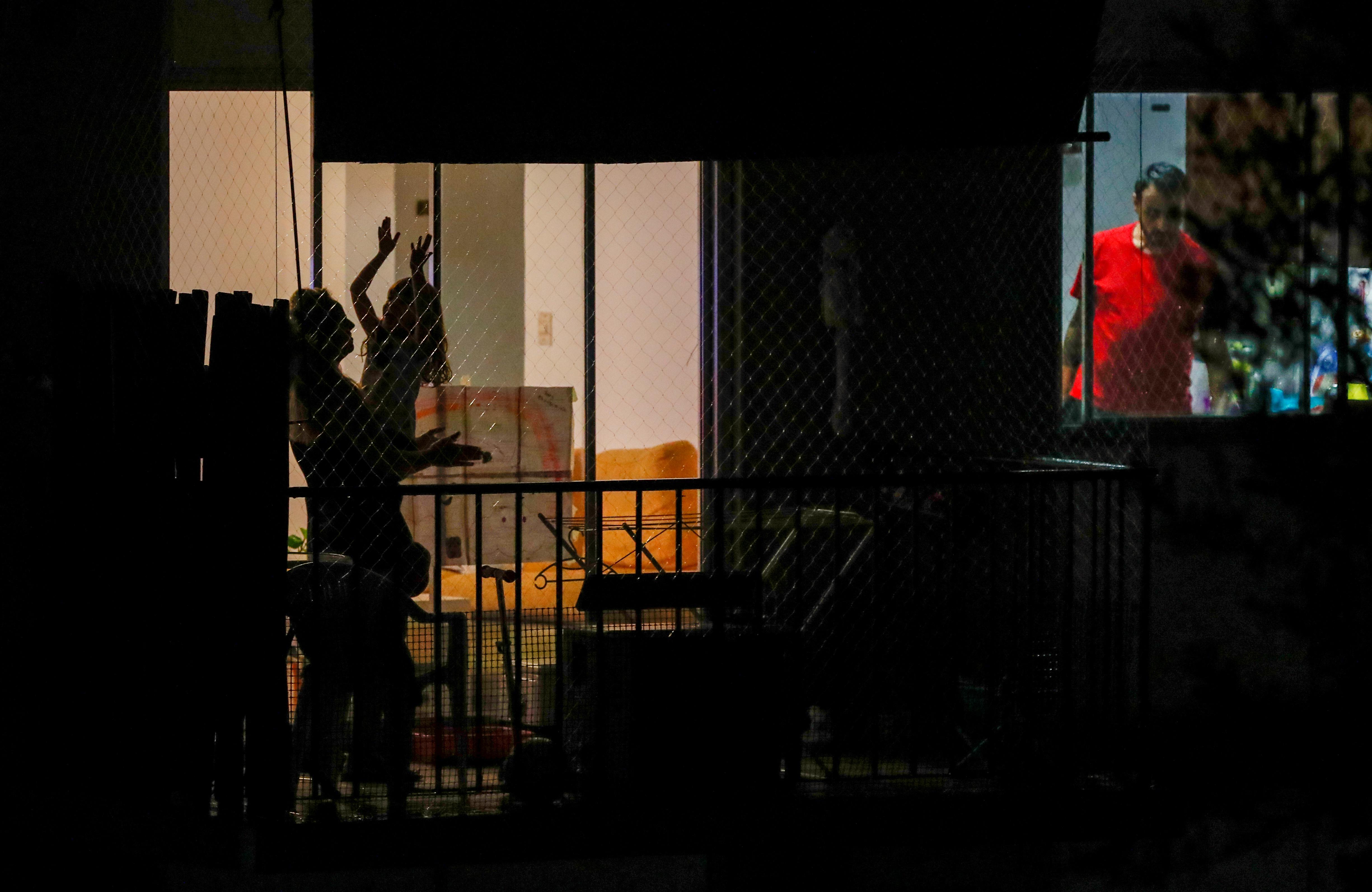 Tal como sucedió en España e Italia, cada noche a las 21 horas, los argentinos adoptamos la buena costumbre de aplaudir a los médicos, enfermeros y auxiliares, primera fila en la lucha contra el COVID-19. La iniciativa, al principio, se difundió a través de las redes sociales bajo el hashtag #Argentinaaplaude. Desde una multitud de balcones, terrazas y ventanas confluyó el emotivo reconocimiento.