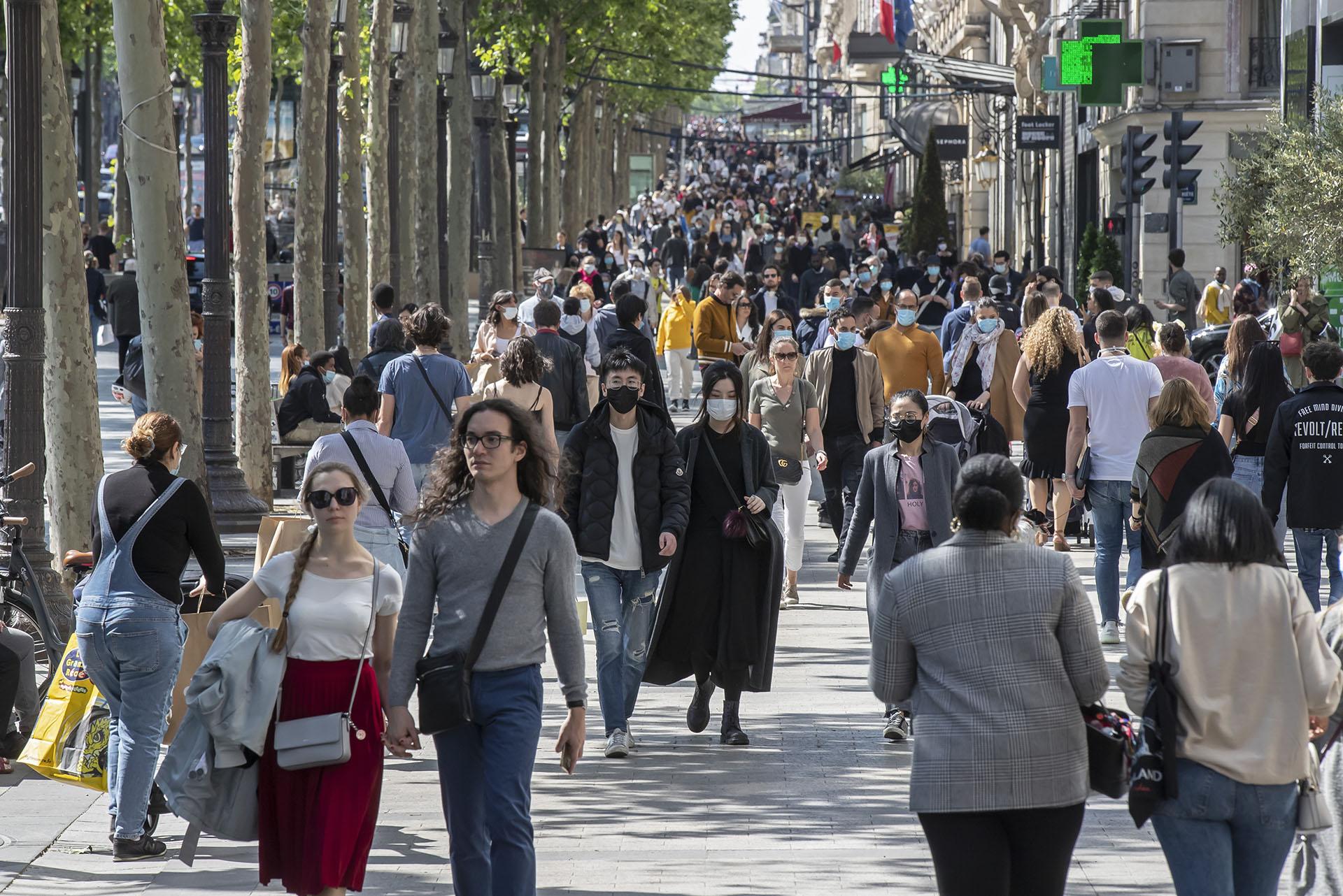 Una multitud paseó por la tradicional avenida deparisina de Champs Elysees el sábado.