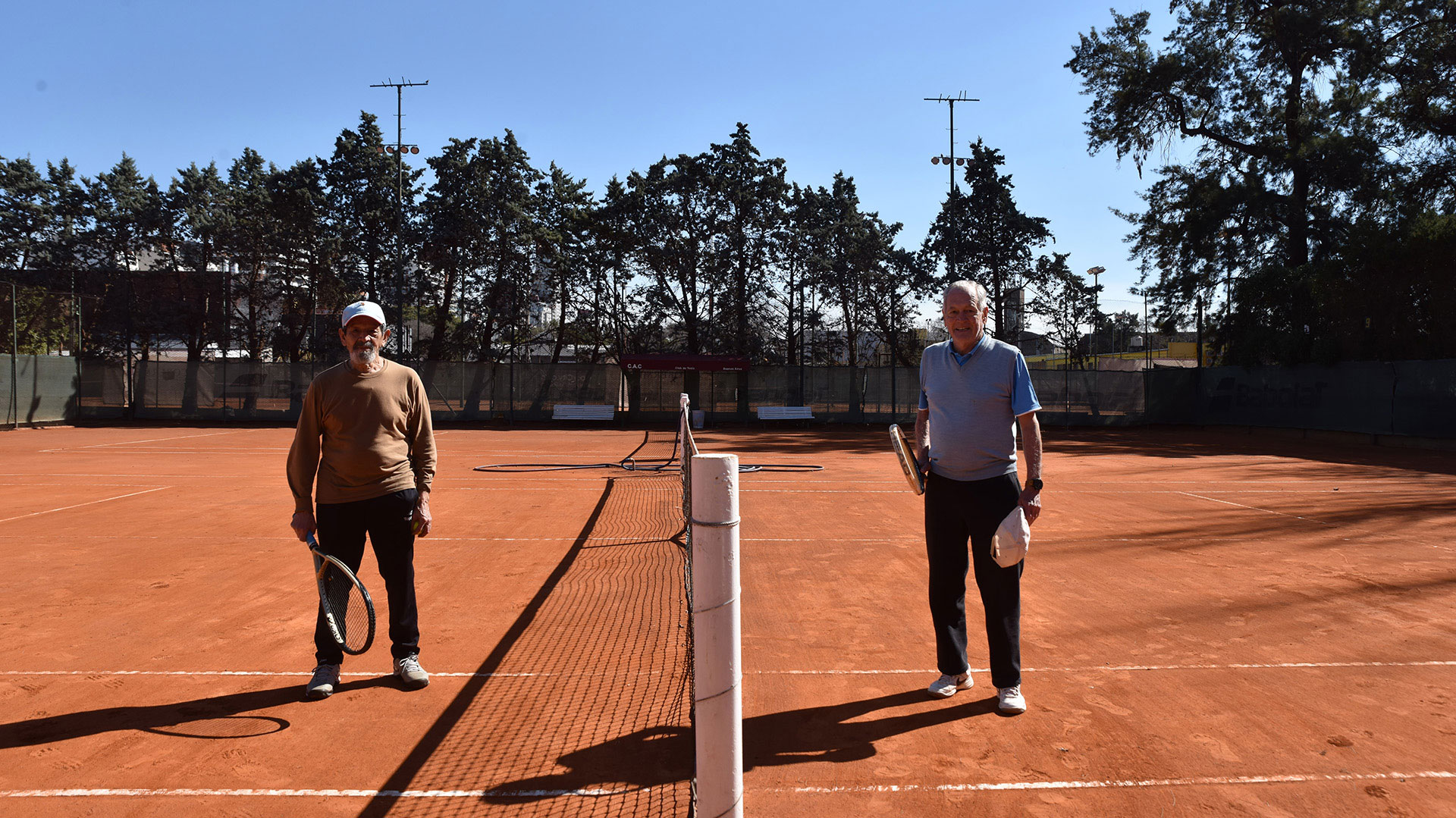 Dos personas que volvieron a jugar al tenis en el Club Atlético Comercio tras cinco meses