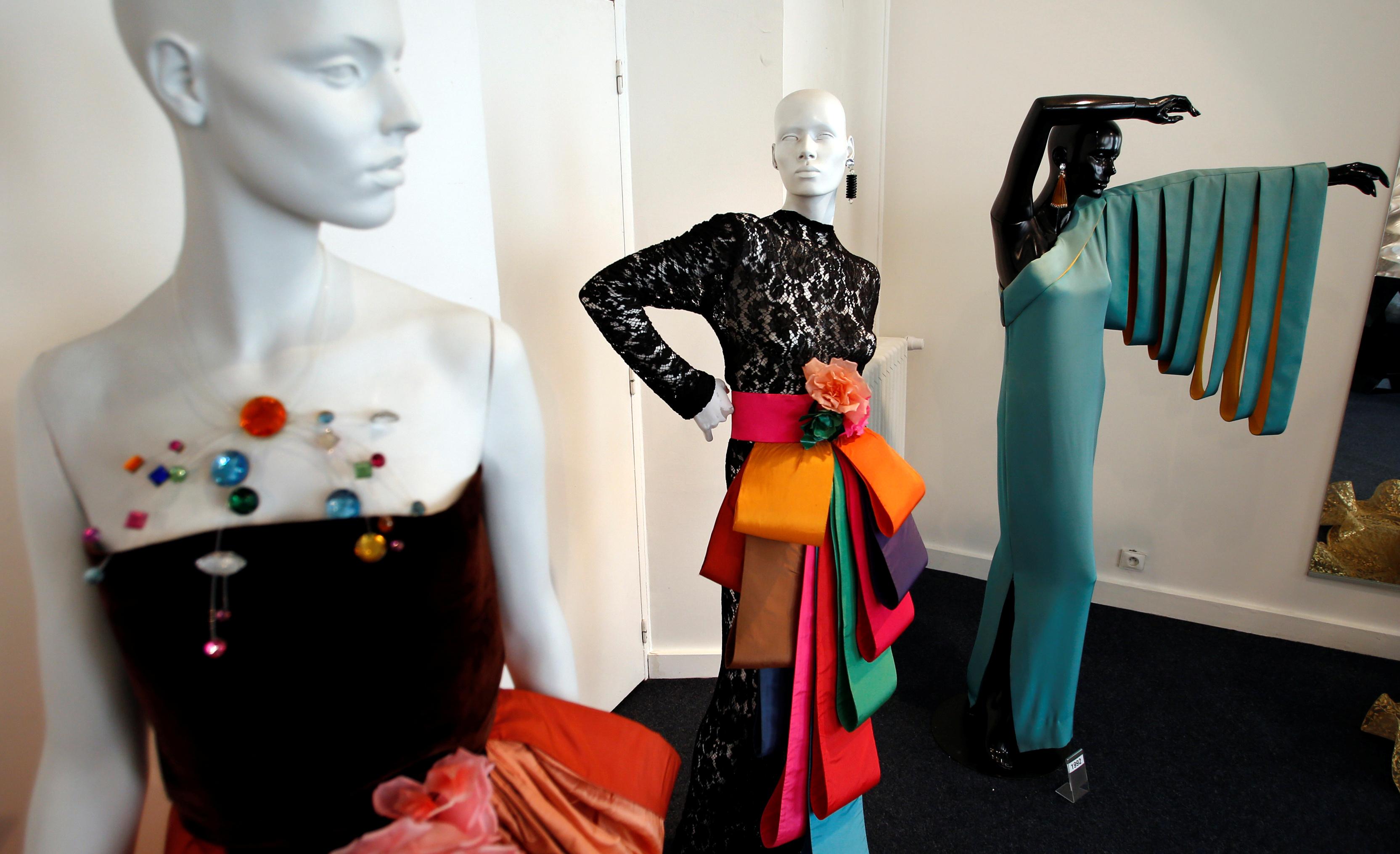Un año más tarde, en 1946, el diseñador Christian Dior que acababa de abrir su propia casa de modas, en la Avenue Montaigne en París, lo contrata como sastre a Pierre Cardin y comienzan un camino juntos