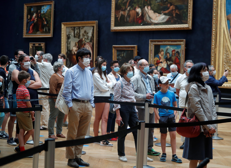 Los estadounidenses aún no pueden viajar a la Unión Europea, que está reabriendo sus fronteras de forma gradual. El Louvre confiaba en que la reapertura atrajera visitantes más cercanos, incluidos los de la región de París, aunque se preparaba para un descenso de la asistencia. (REUTERS/Charles Platiau)