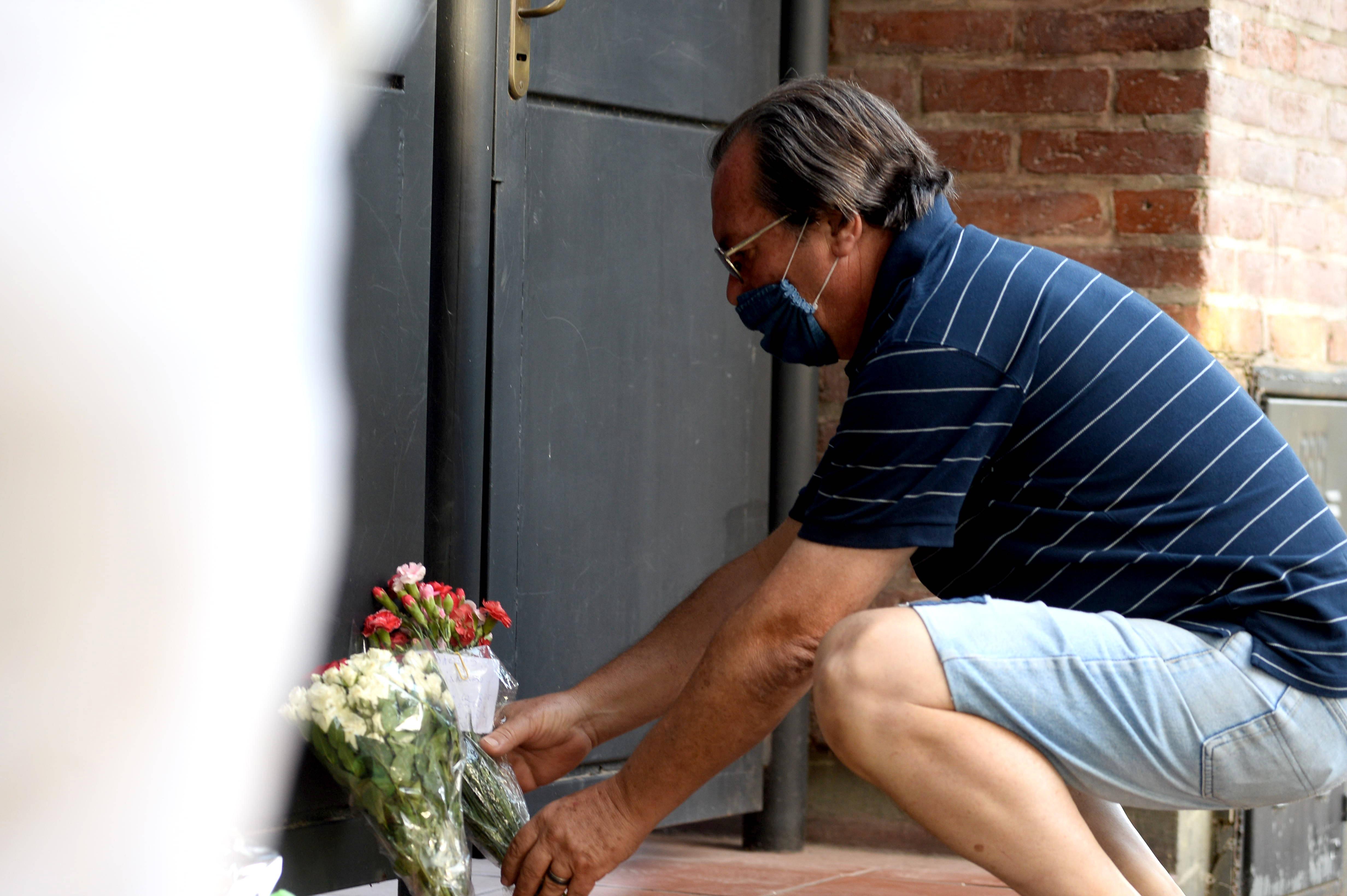 """A una cuadra del domicilio de Pachorra hay pintado un mural con los colores de Estudiantes y de Argentina, una caricatura de Alejandro, la Copa Libertadores y una leyenda que reza """"Tolosa, un barrio con escuela"""""""
