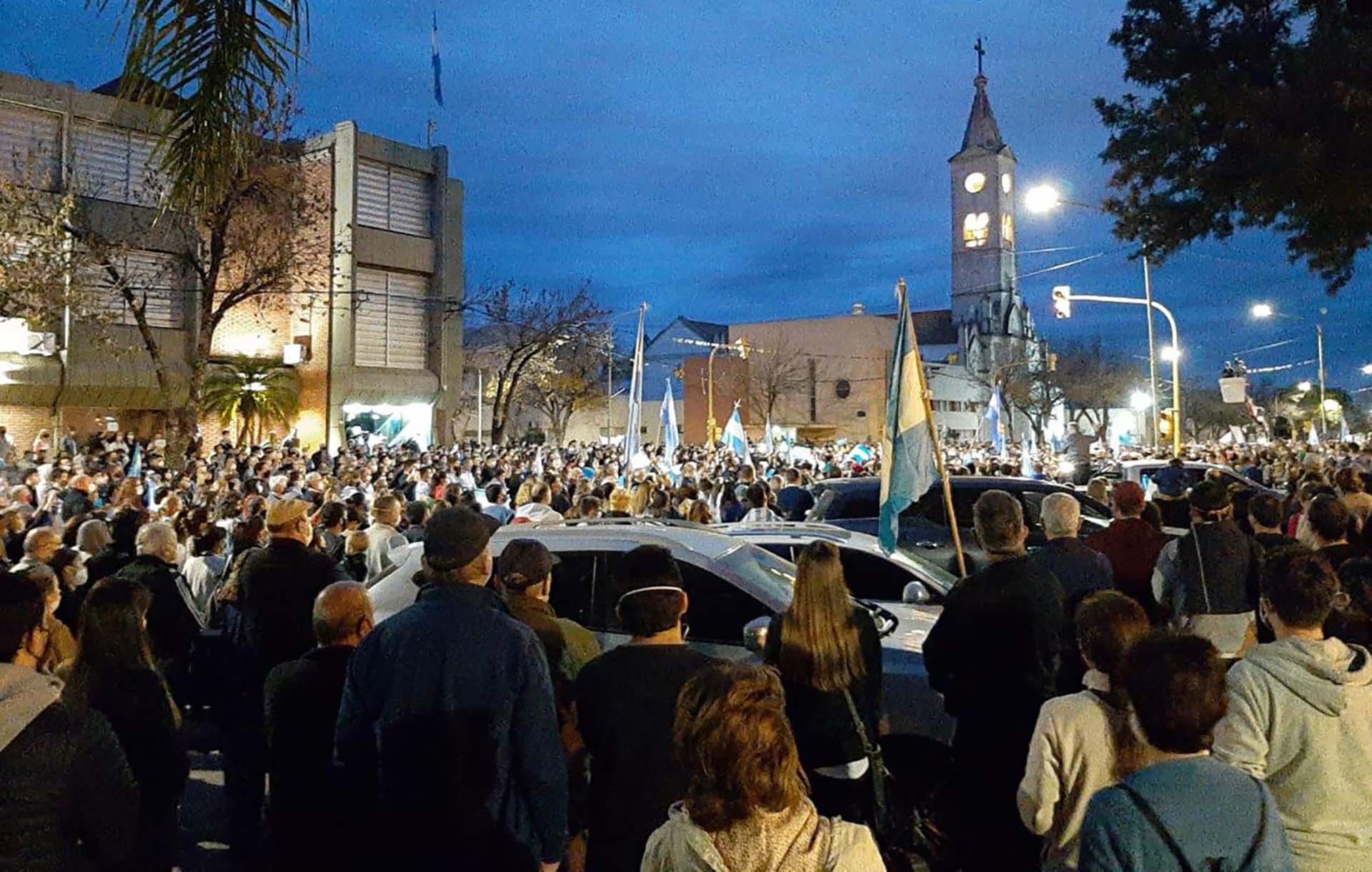 Vecinos protestan contra la expropiación de la empresa Vicentin frente a su sede en la localidad de Avellaneda, en la provincia de Santa Fe