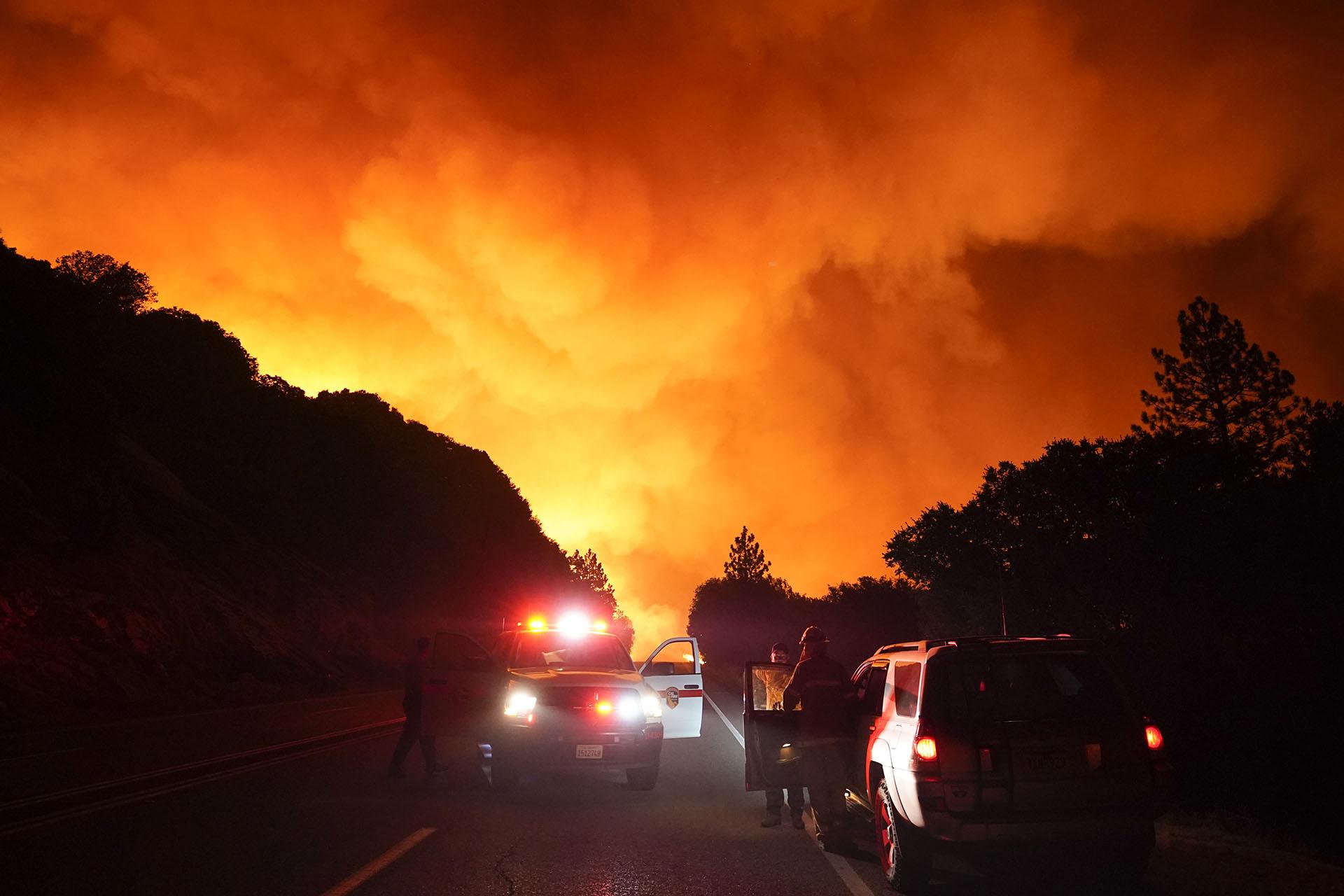 """Las personas atrapadas se encuentran actualmente a salvo en áreas temporales de refugio, dijo el teniente Brandon Purcell de la Oficina del Sheriff de Fresno, y calificó el incendio como """"un desastre sin precedentes para el condado de Fresno"""". (AP Foto/Marcio Jose Sanchez)"""
