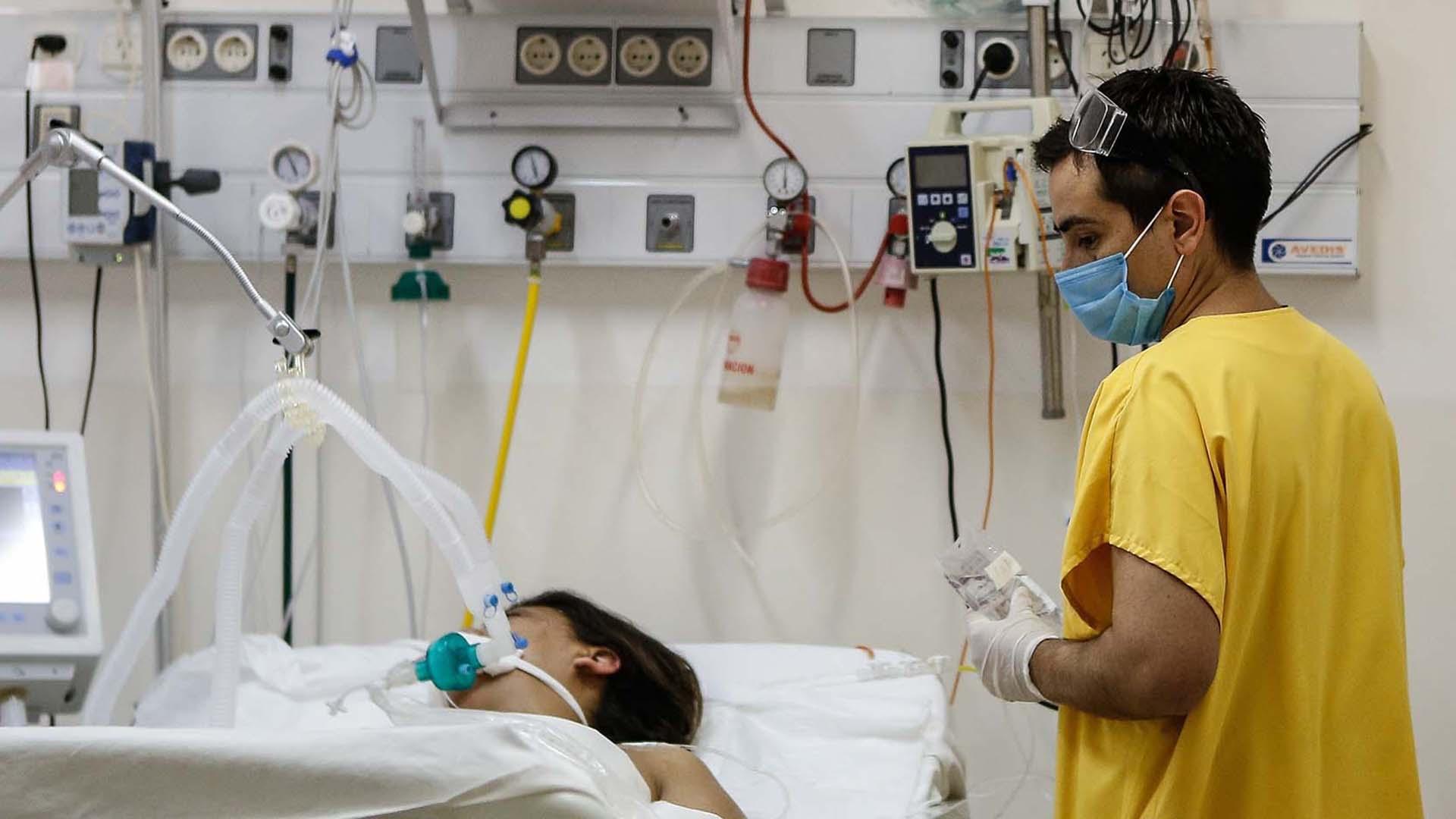 Una enfermera prepara una jeringuilla. EFE/EPA/HOTLI SIMANJUNTAK