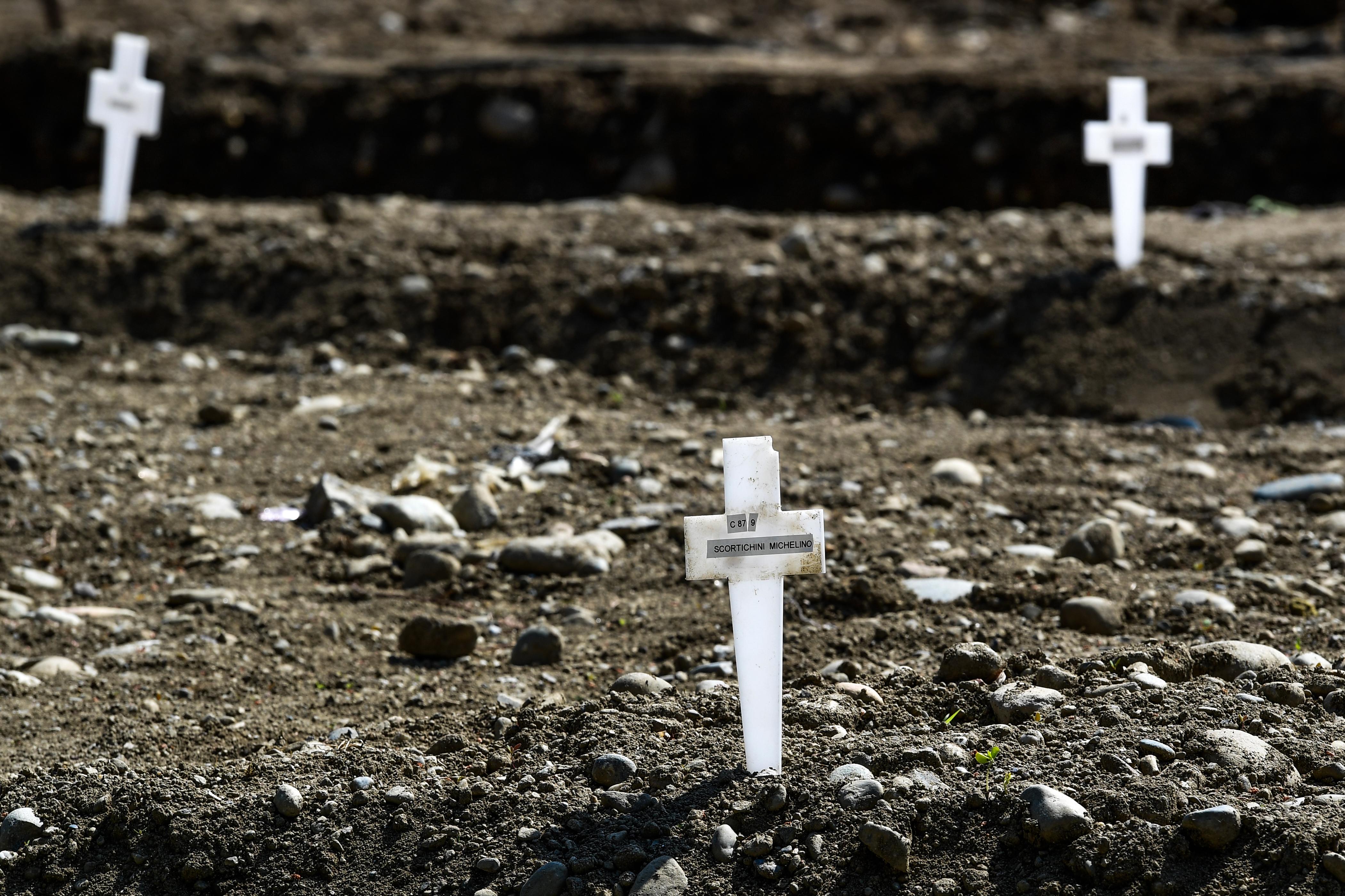 Una vista muestra cruces en el área llamada Campo 87, donde unos 60 cuerpos no reclamados, de personas que murieron por coronavirus, han sido enterrados hasta ahora por el municipio en el cementerio Maggiore en Milán (Foto por Miguel MEDINA / AFP)