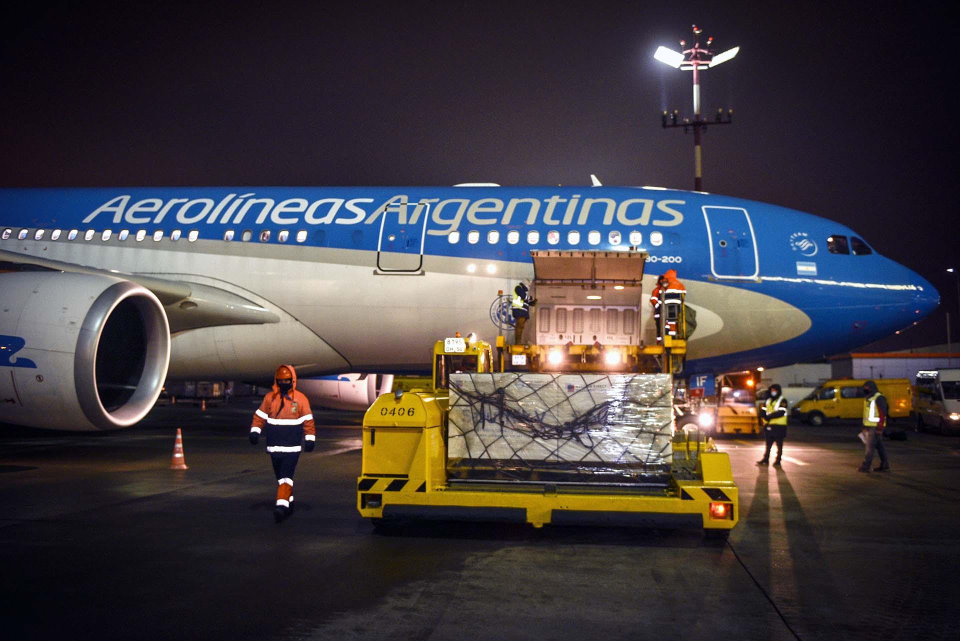 El Airbus de Aerolíneas Argentinas carga el envío de las vacunas Sputnik V en en el aeropuerto de Moscú el 23 de diciembre. Casi una semana después, empezaría la vacunación contra el coronavirus en todo el país
