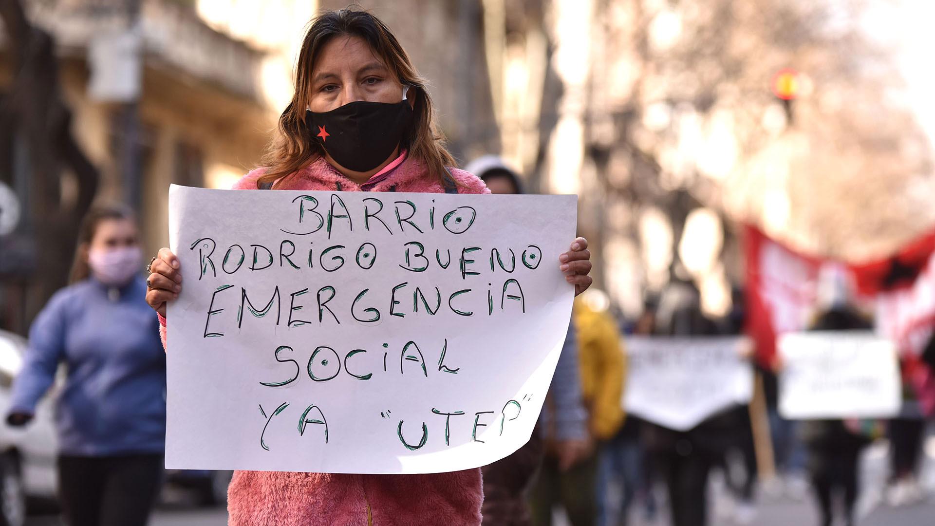 Muchos de los manifestantes llevaron carteles con los nombres de las villa de emergencia en las que viven