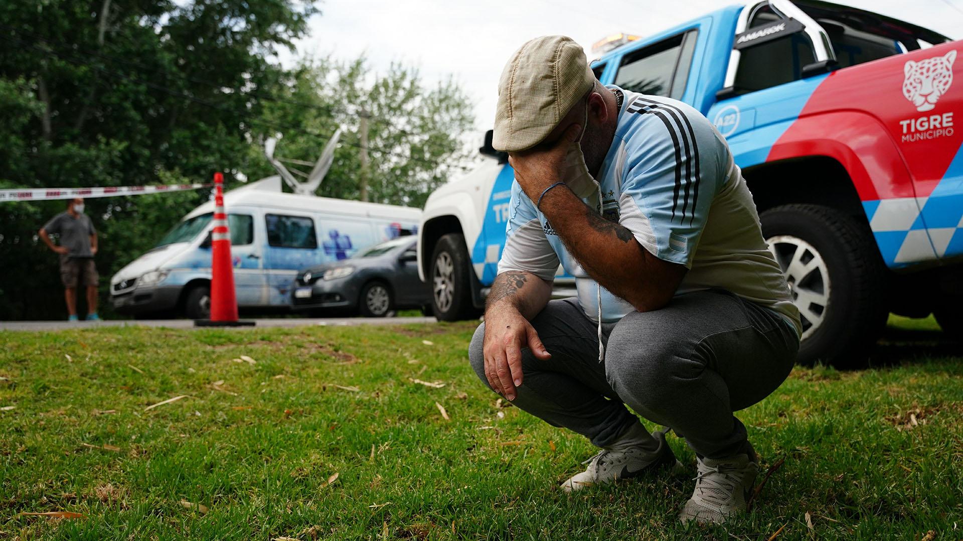 Un fanático, desolado en la puerta del barrio Villa Nueva, donde murió Maradona (Franco Fafasuli)
