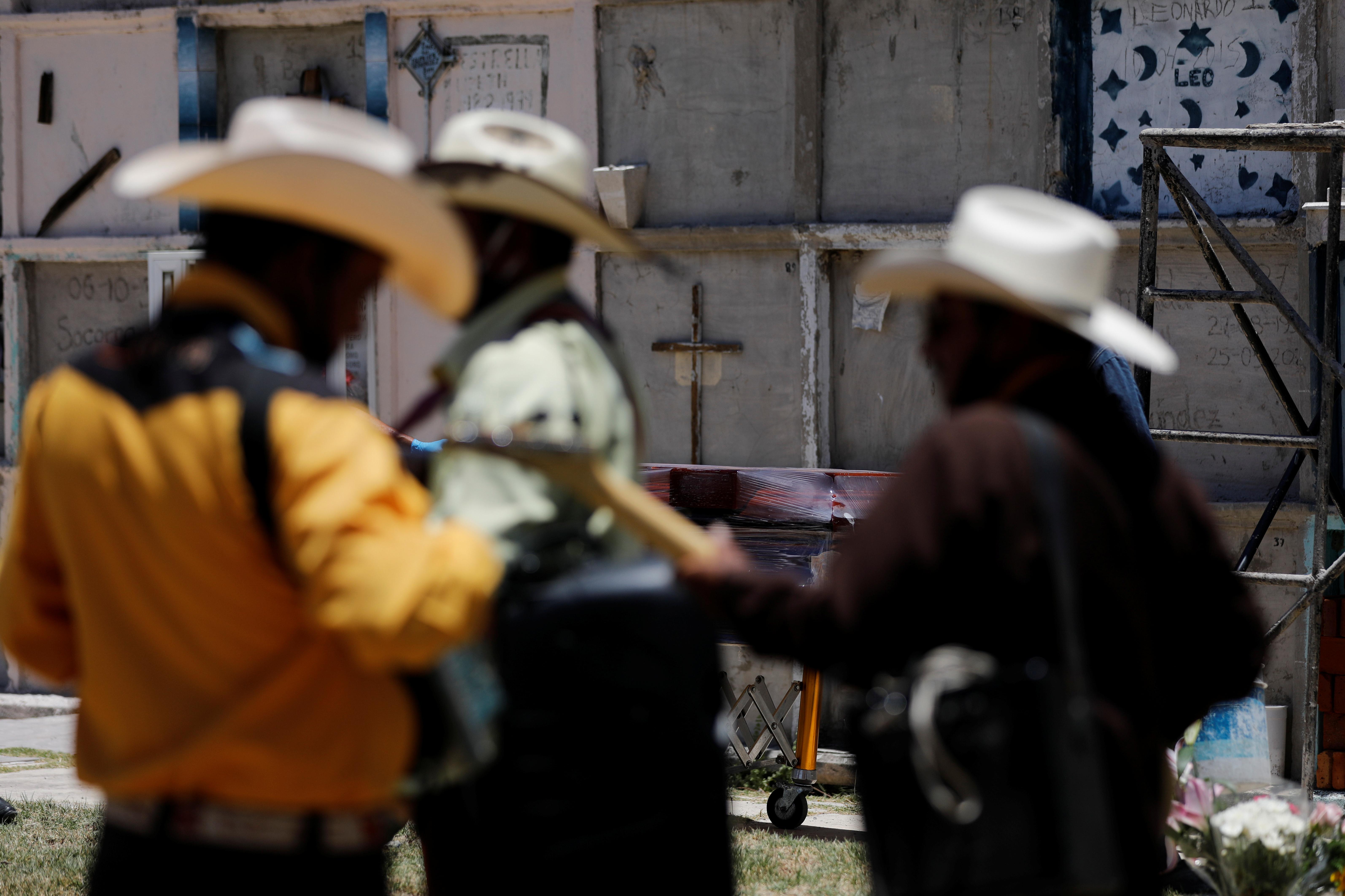 Los músicos tocan música durante el entierro de una mujer que murió de la enfermedad del coronavirus (COVID-19), en el cementerio municipal de Nezahualcóyotl, Estado de México, México, 12 de junio de 2020. Foto: Reuters.