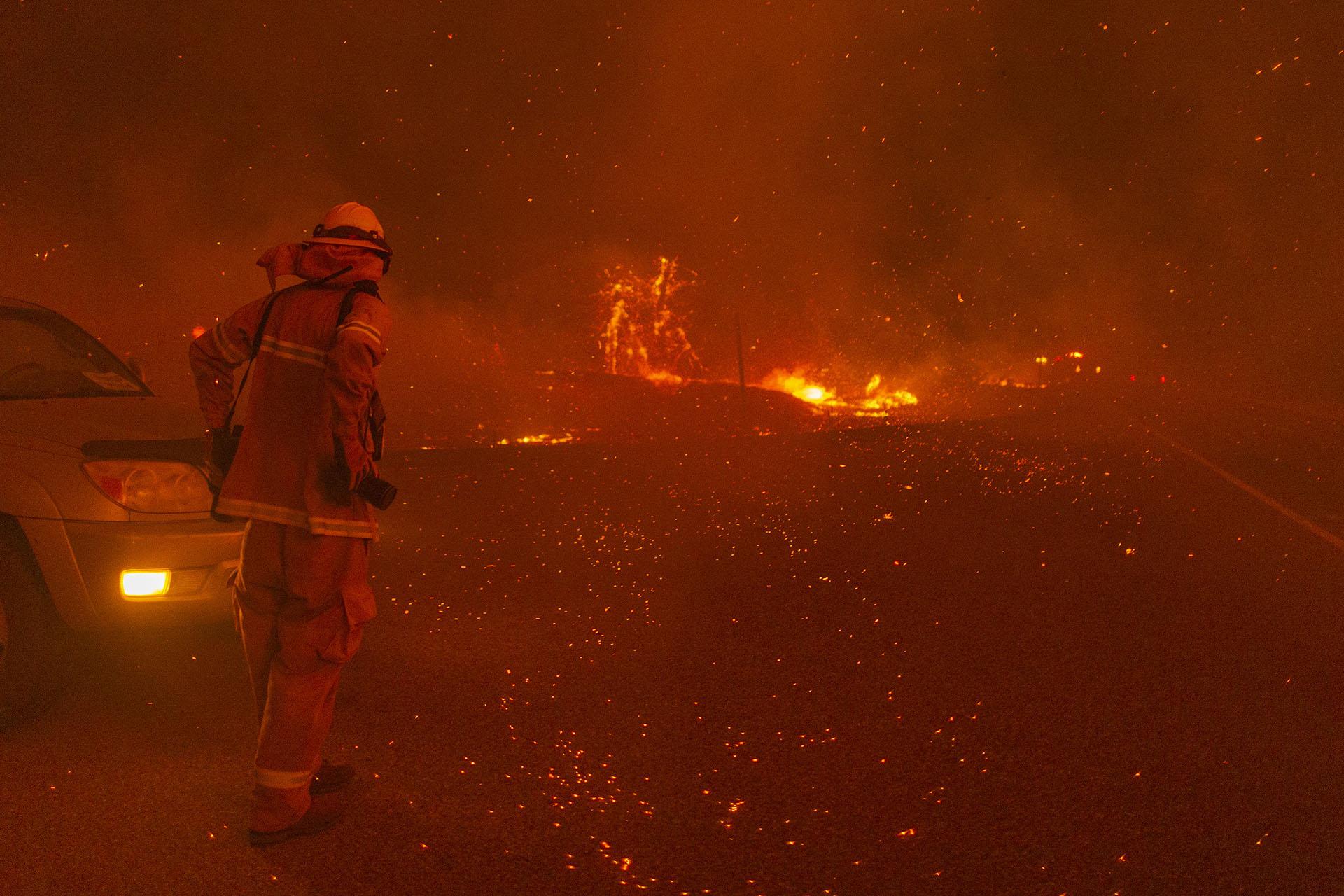La última vez que la cantidad de acres quemados se acercó a los dos millones fue en 2018, el mismo año que el devastador Camp Fire, cuando un poco más de 1.9 millones de acres (769.000 hectáreas) se incendiaron. (David McNew/Getty Images/AFP)