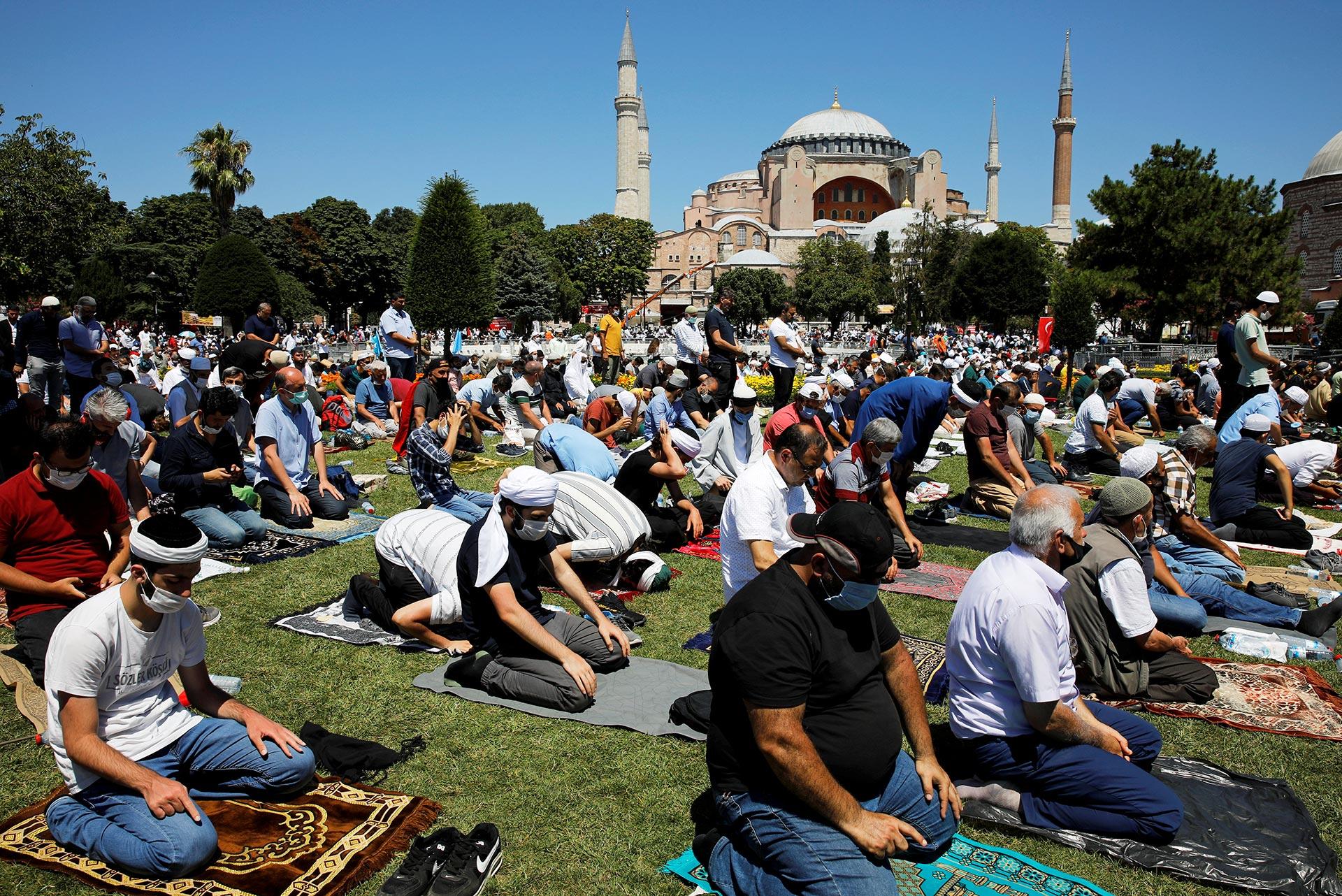 El jefe de la Diyanet, Ali Erbas, conduce el rezo, al que han sido invitados personalidades no solo de Turquía sino también extranjeras (Reuters)