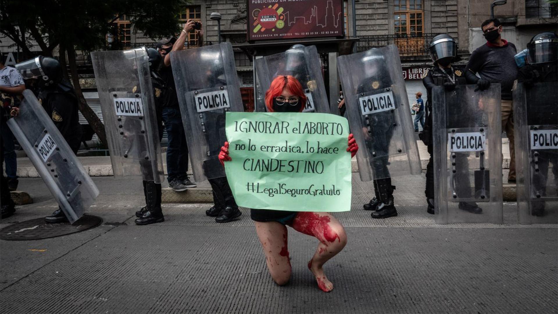 Mujeres rechazaron la decisión de la SCJN de no aprobar un proyecto de ley que legalizaría el aborto en el estado de Veracruz (Foto: Cuartoscuro)