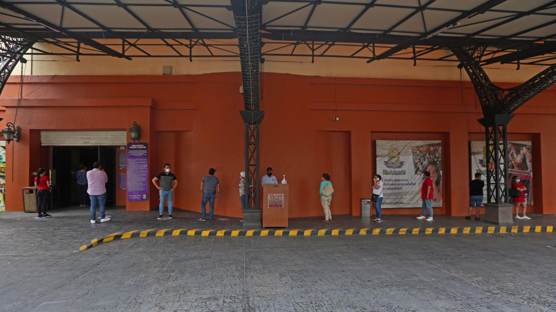 Clientes de un conocido casino de la ciudad, hacen fila tomando la sana distancia, esto previo a entrar y hacer uso de las instalaciones y después de cinco meses de permanecer cerrados a causa de la pandemia sanitaria del COVID-19 (Foto: Cuartoscuro)