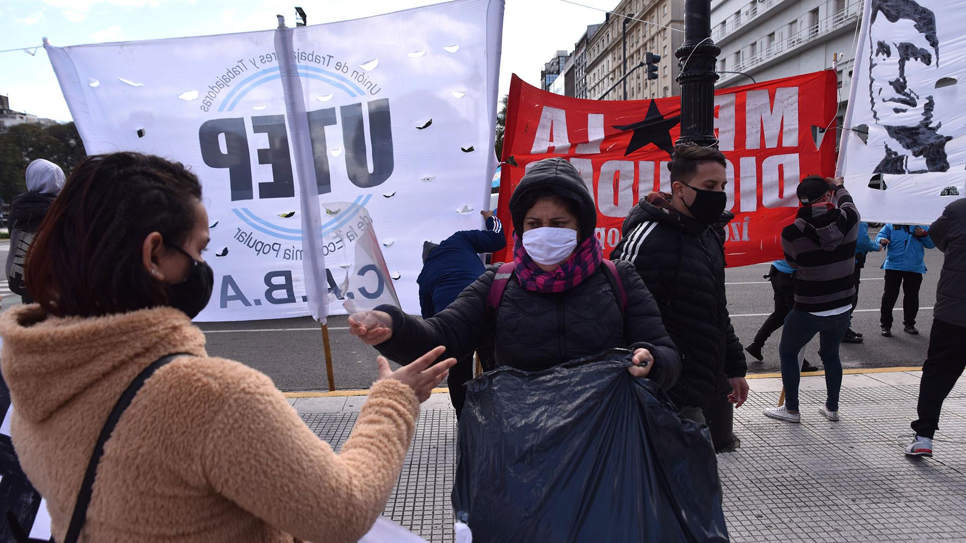 Entre algunos manifestantes se repartieron máscaras durante la marcha