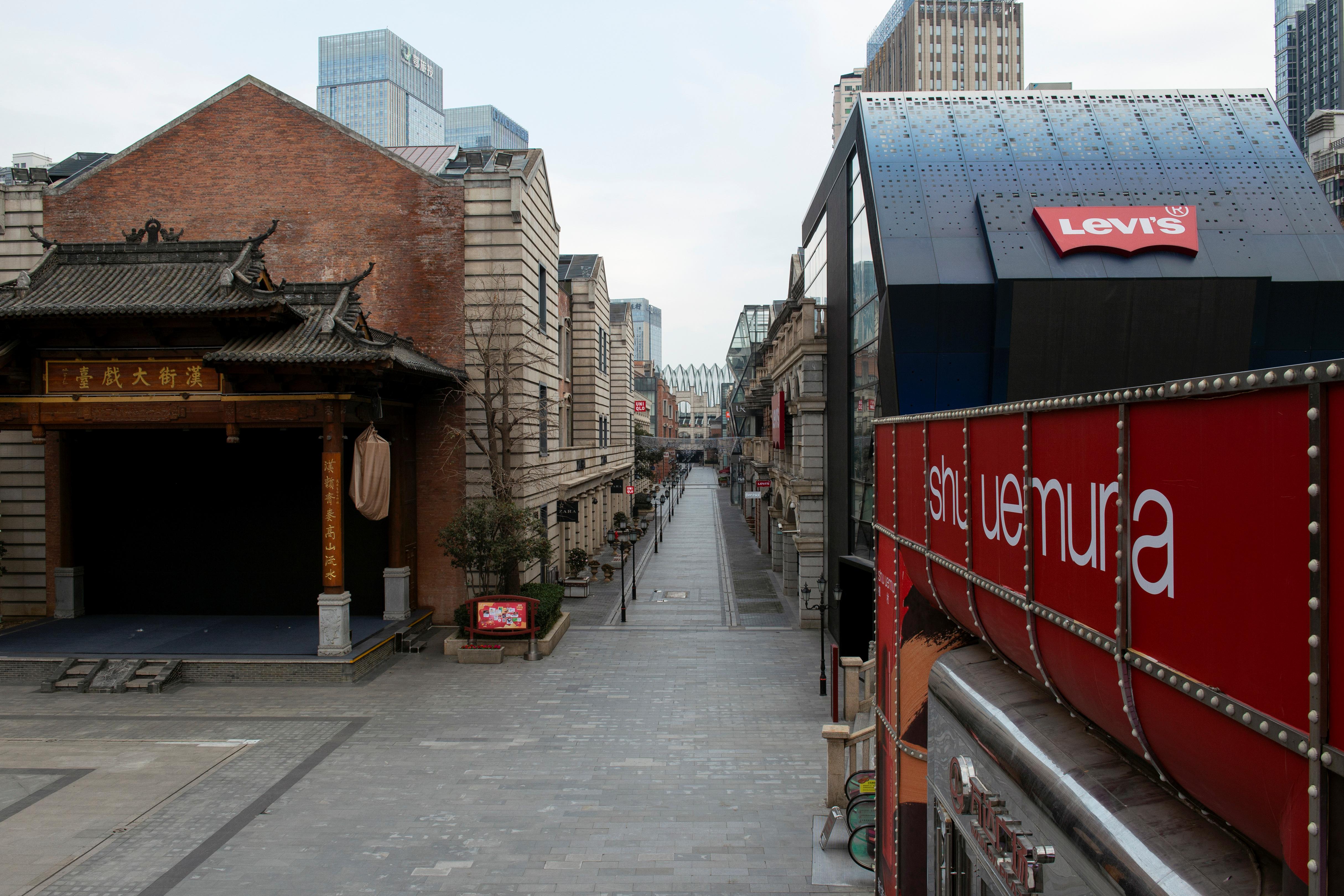 Un centro comercial vacío en las afueras de Wuhan, provincia de Hubei, China (REUTERS/Stringer)