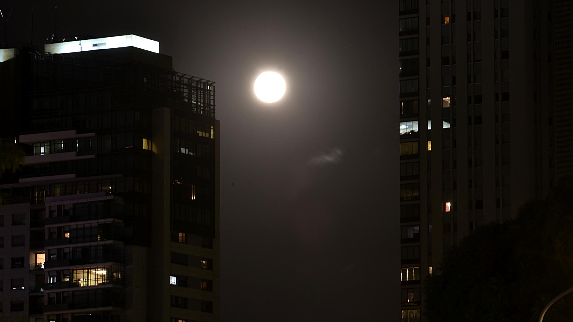 La Ciudad amaneció el lunes con la imagen de la luna llena, brillante en el oscuro firmamento