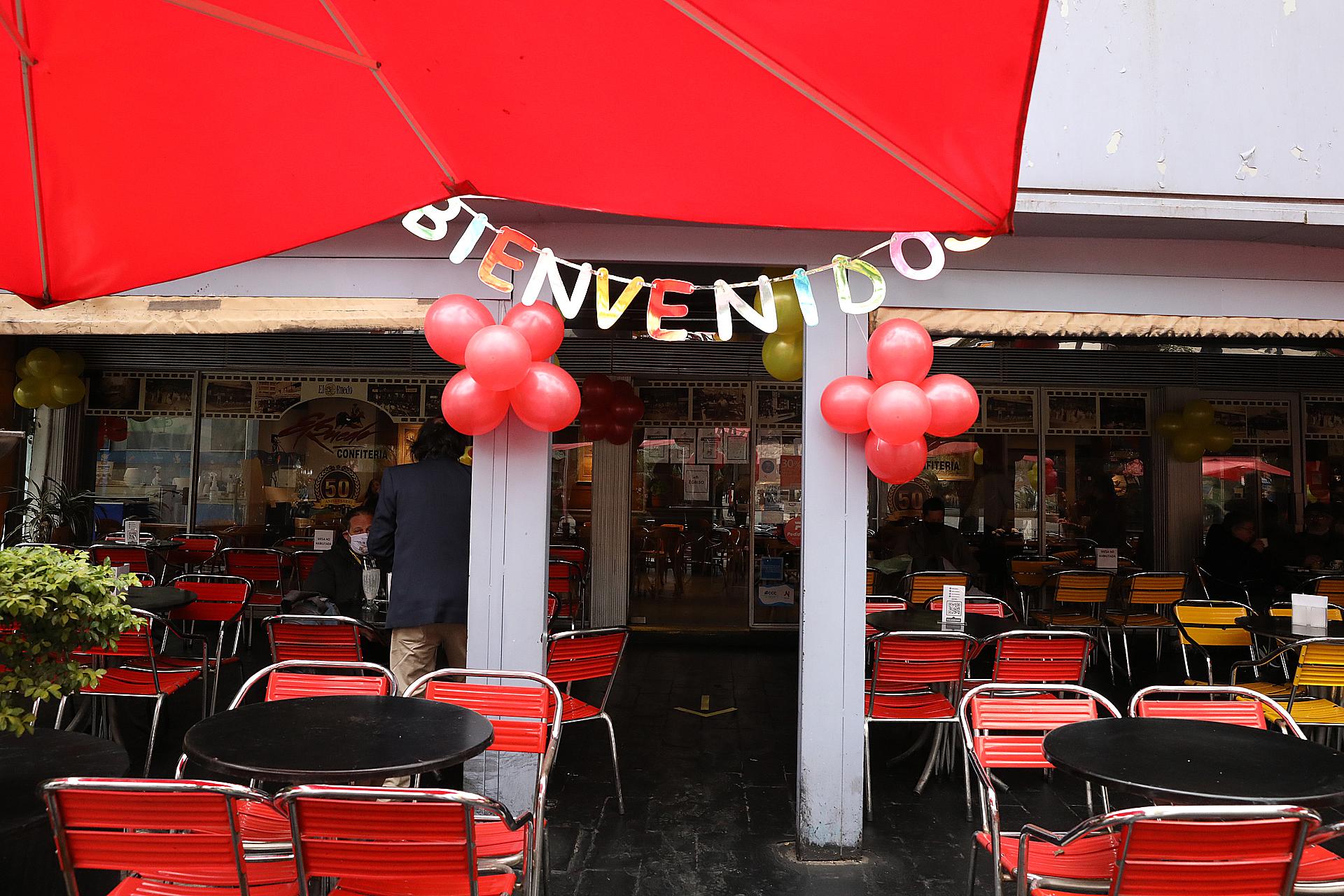 Después de 100 días cerrados, muchos bares y restaurantes cordobeses celebraron la reapertura con globos y carteles de bienvenida