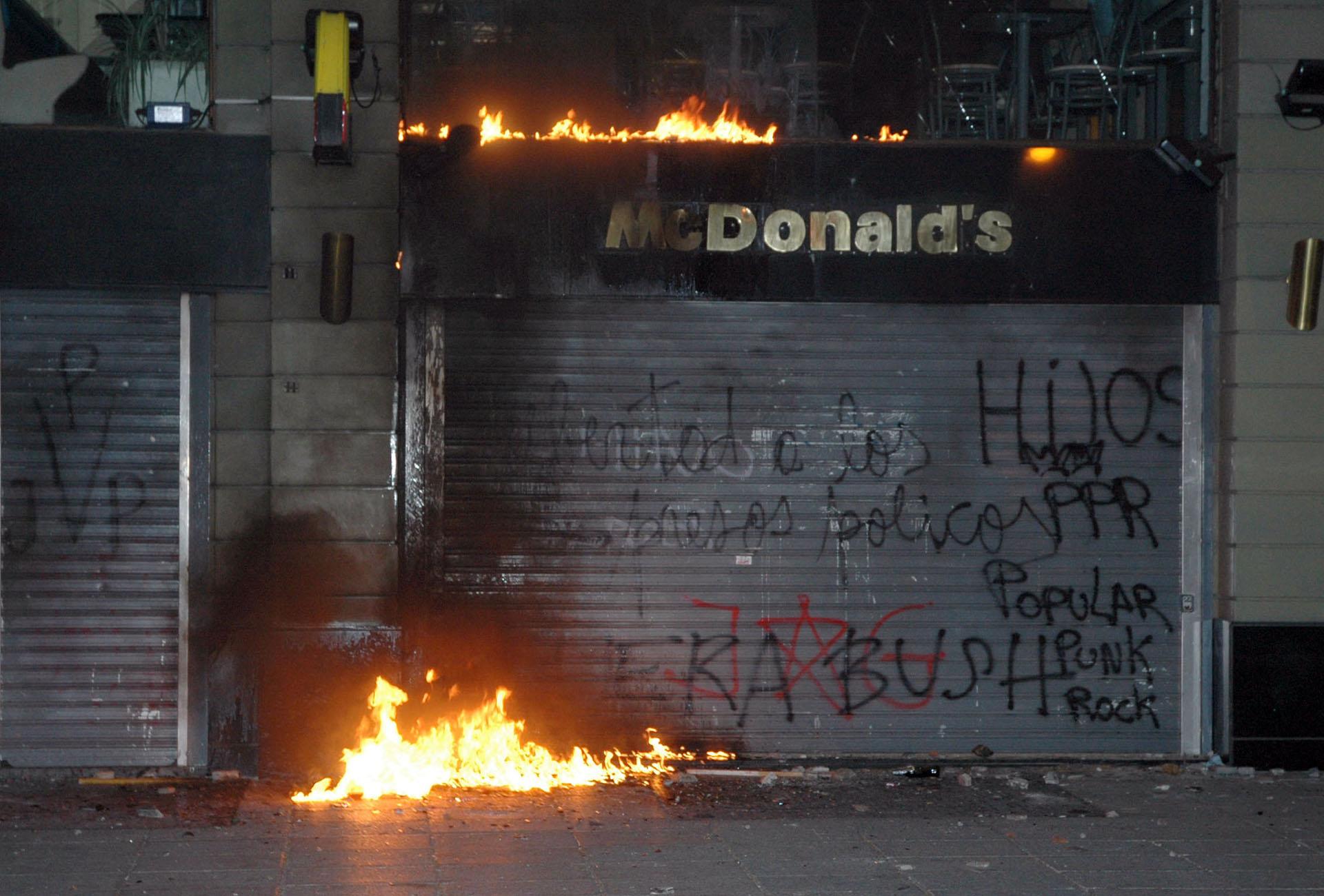 Un local de Mc Donalds, en la Avenida de Mayo, fue dañado durante la marcha de repudio a Plaza de Mayo por la visita de George Bush