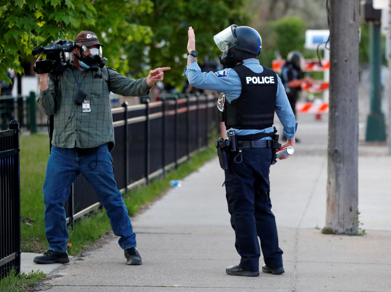 Al menos una decena de periodistas que cubren las protestas en Estados Unidos han denunciado ataques y detenciones injustificadas de las fuerzas de seguridad durante su cobertura