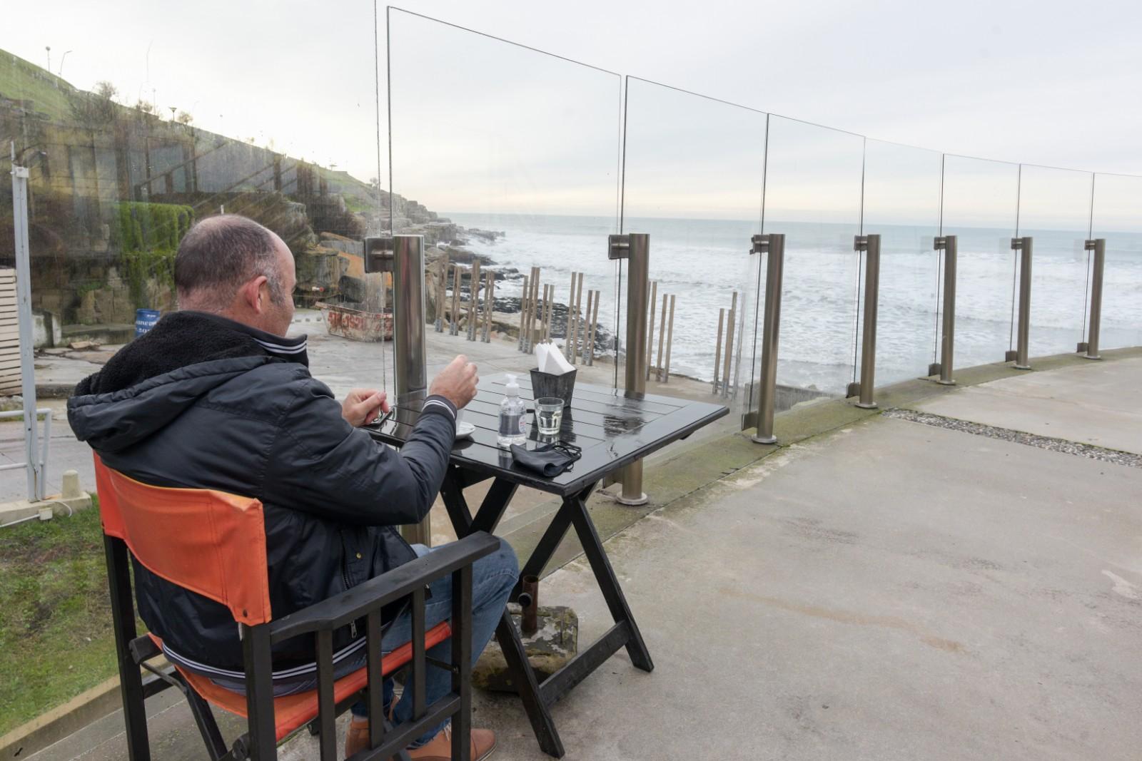 Las ganas de tomar un cafecito en un bar pudo más que el frío de la costa. Una mesa frente al mar, el mejor programa del viernes en Mardel.
