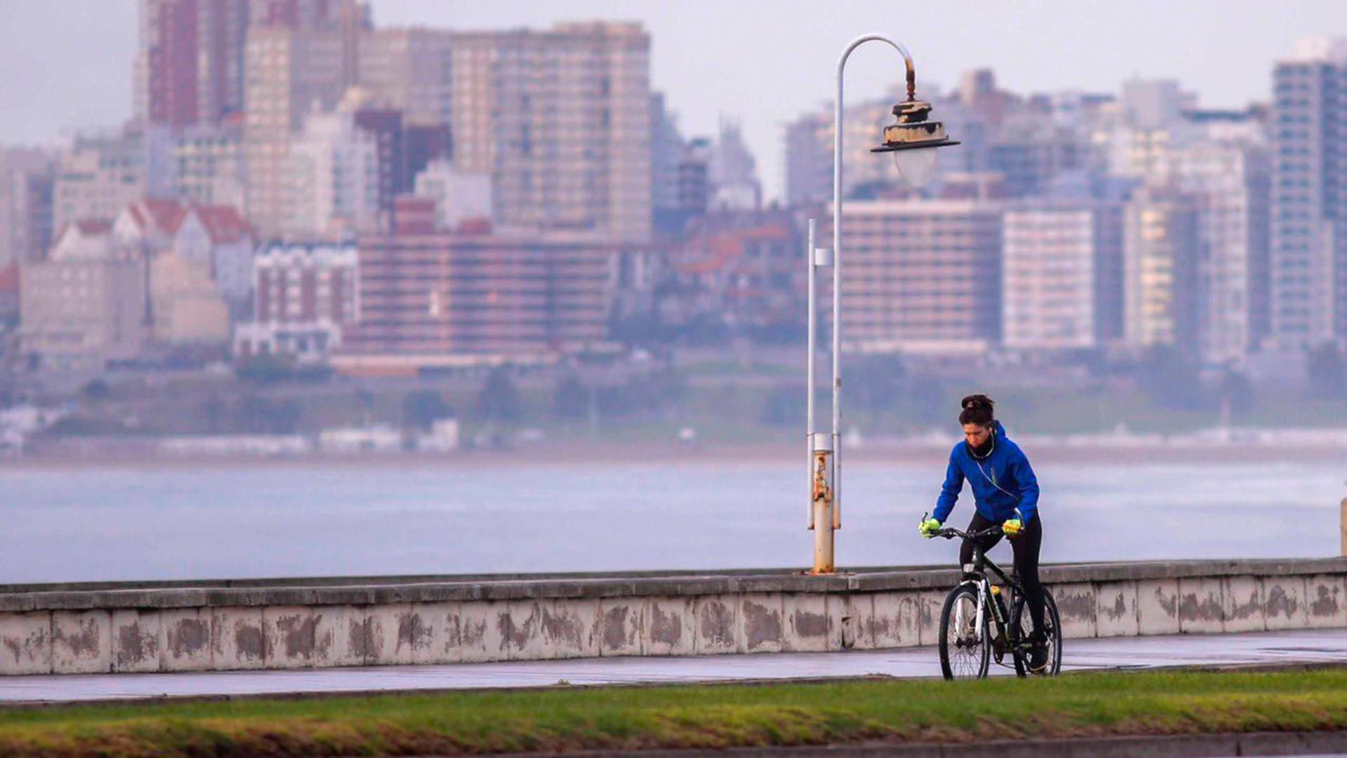 Con luz diurna, los deportes como ciclismo y running también fueron autorizados por la municipalidad de General Pueyrredón.(@munimardelplata)