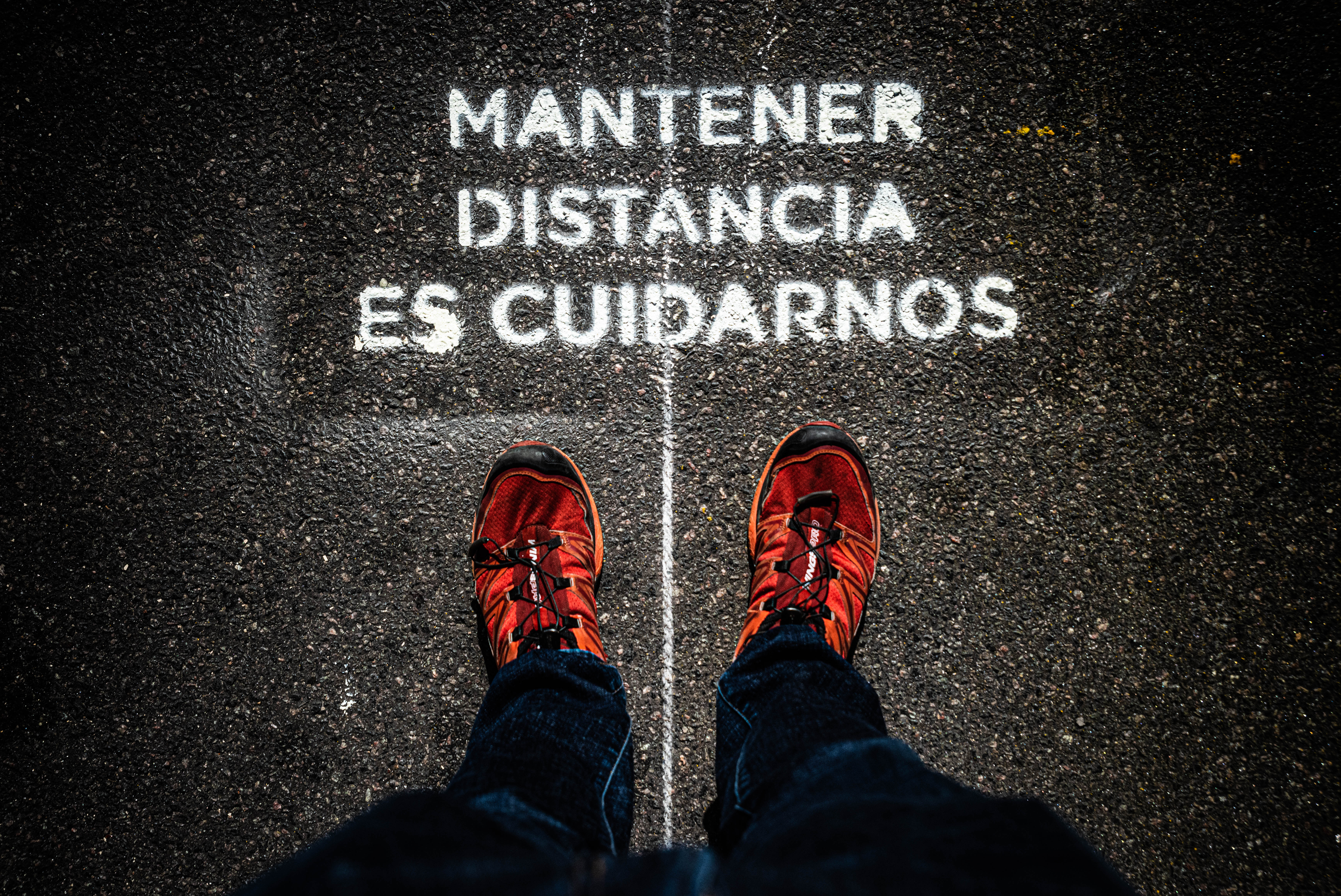 Están por todas partes. Pueden ser más explícitos como este cartel impreso en el piso, o a través de líneas o directamente la pintura de dos pies; pero todos indican que hay que mantener una distancia social de por lo menos 1,5 metros entre las personas para evitar el contagio de COVID-19.