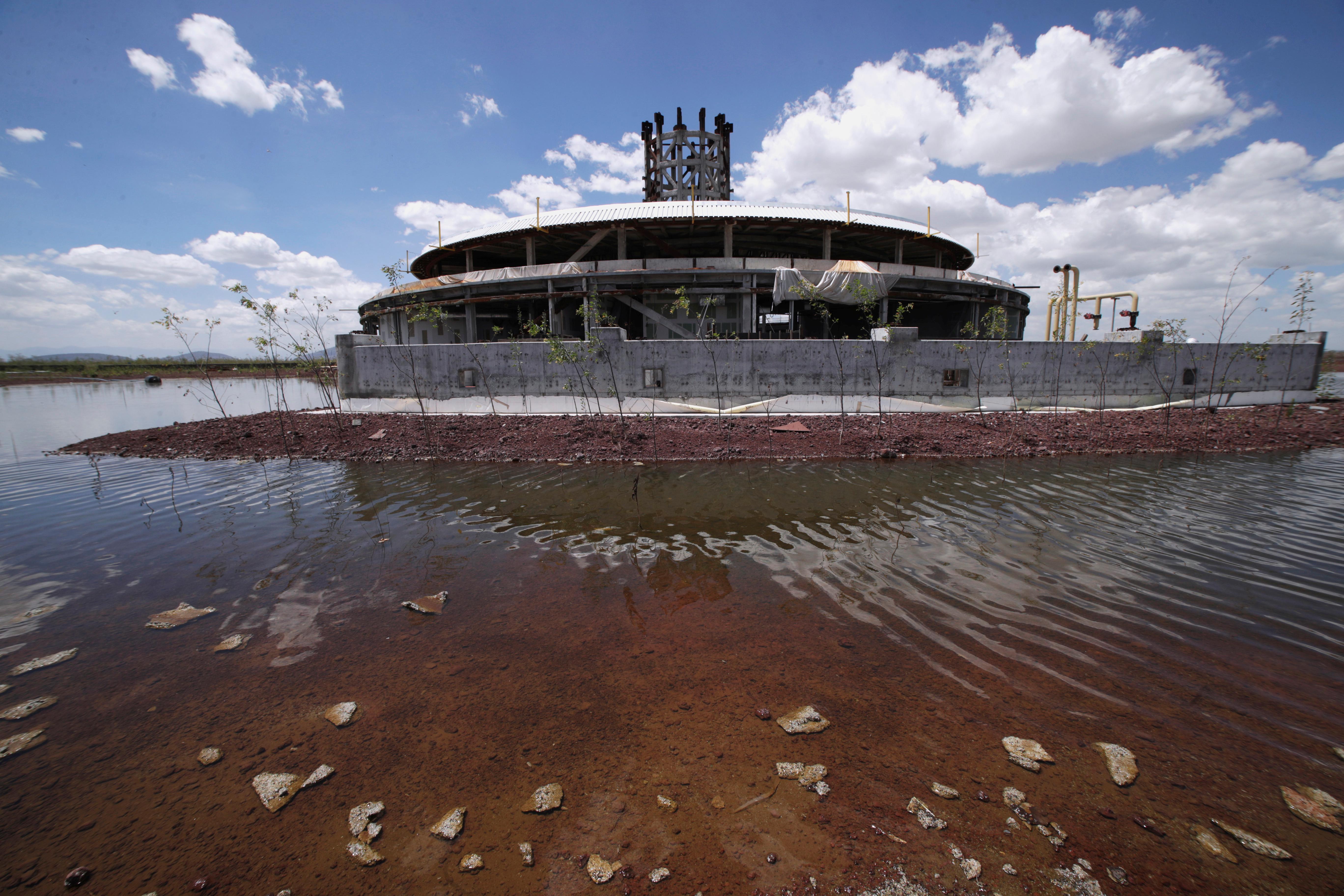 En lugar del elegante diseño de Foster, cuyos galardonados edificios en forma de red de acero y vidrio salpican el mundo, López Obrador optó por expandir una base aérea militar a las afueras de la ciudad.