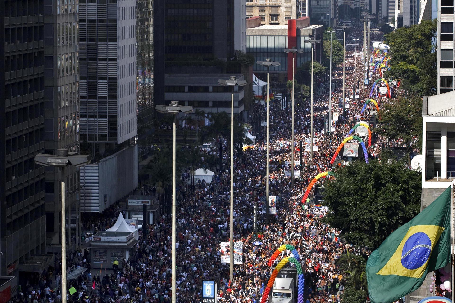 Miles de personas se reúnen para cantar y bailar a lo largo del centro financiero de la Avenida Paulista durante el tradicional desfile del orgullo gay más grande del mundo, en Sao Paulo, Brasil, el 14 de junio de 2009. Según los organizadores, más de 3 millones de personas participaron en el evento.