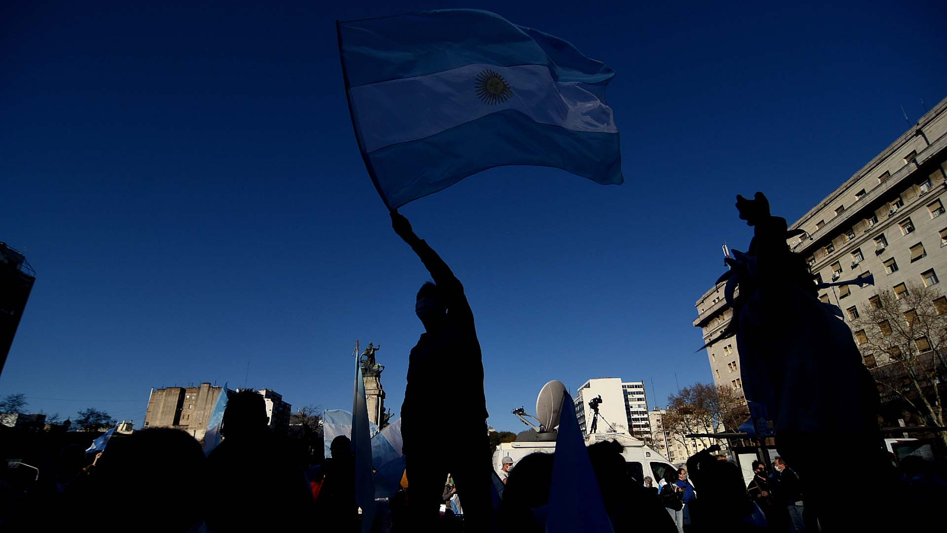 Una bandera argentina en el aire en el marco de una nueva marcha contra la reforma judicial