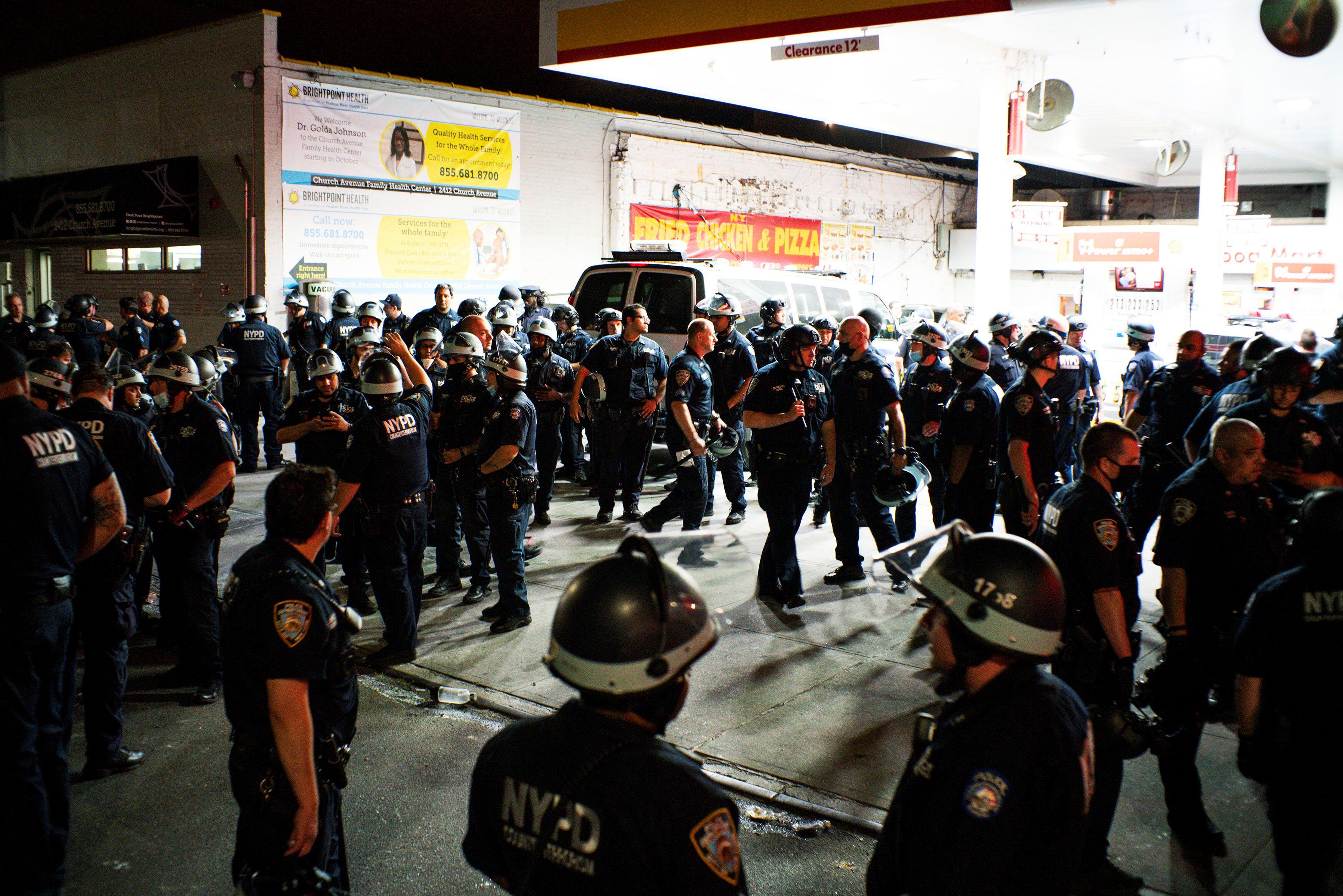 Policías aguardan por instrucciones en una sede de Brooklyn, Nueva York