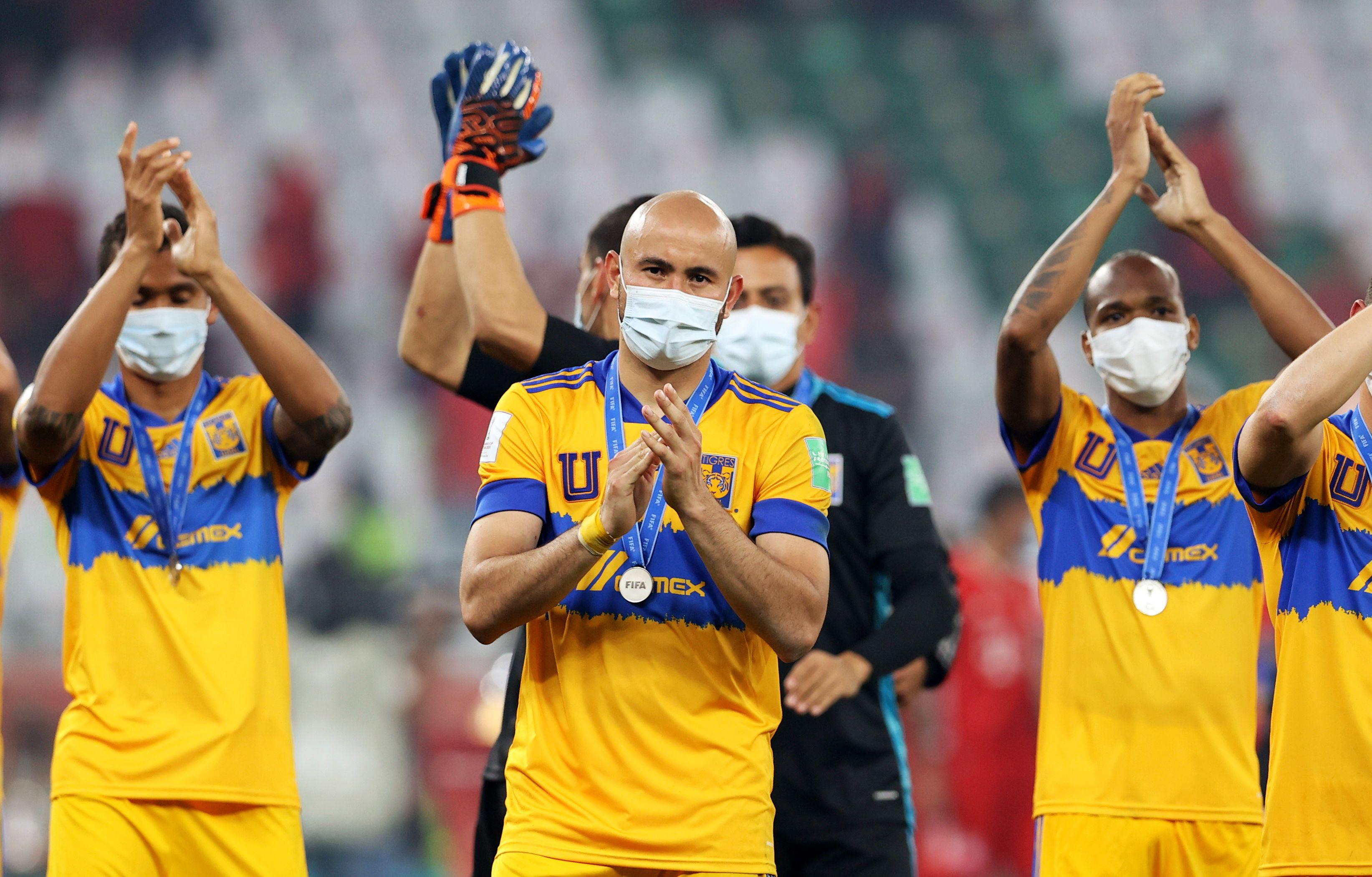 Jugadores de Tigres aplauden a los fanáticos.
