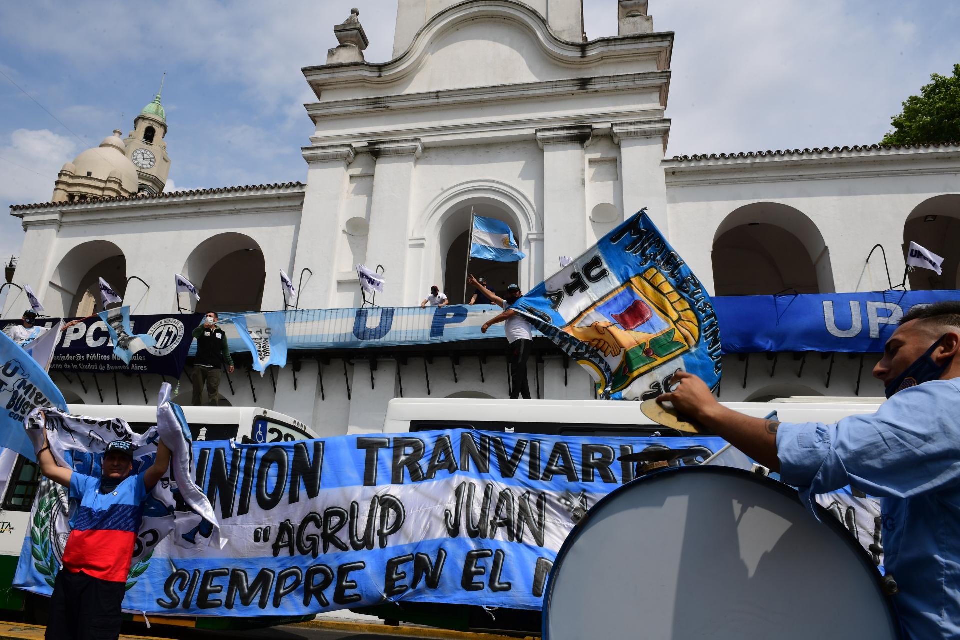 Tras marchar hacia el Obelisco, los manifestantes se dirigieron hacia la Plaza de Mayo y pasaron por la puerta del Cabildo