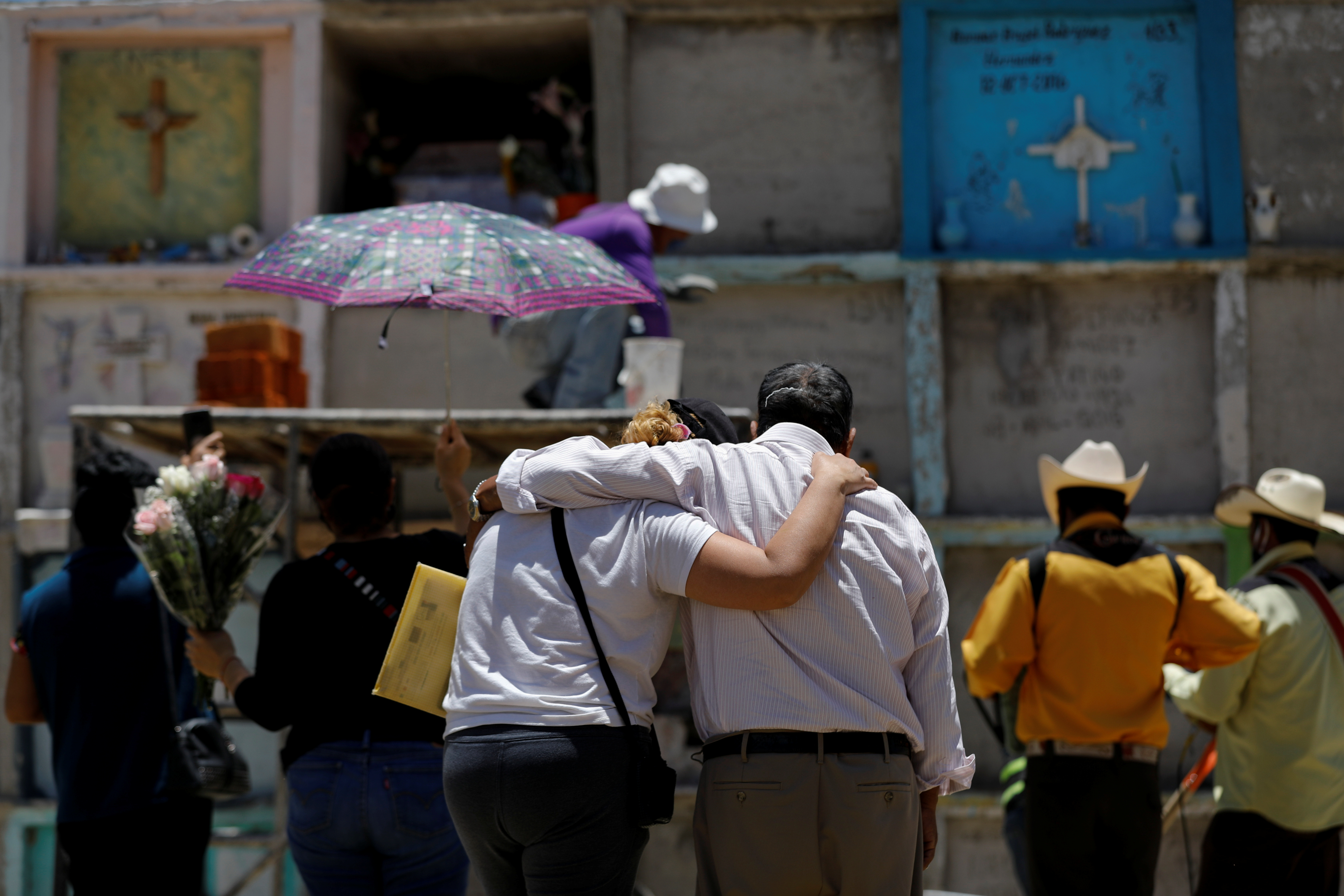 Los familiares se despiden de su pariente que murió de la enfermedad del coronavirus (COVID-19), en el cementerio municipal de Nezahualcóyotl, Estado de México, México, 12 de junio de 2020. Foto: Reuters.
